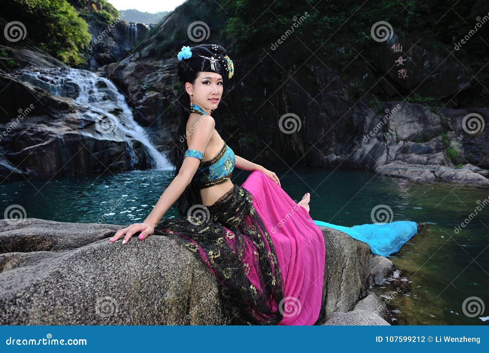 Härlig kinesisk flicka i dräkt för traditionell kines