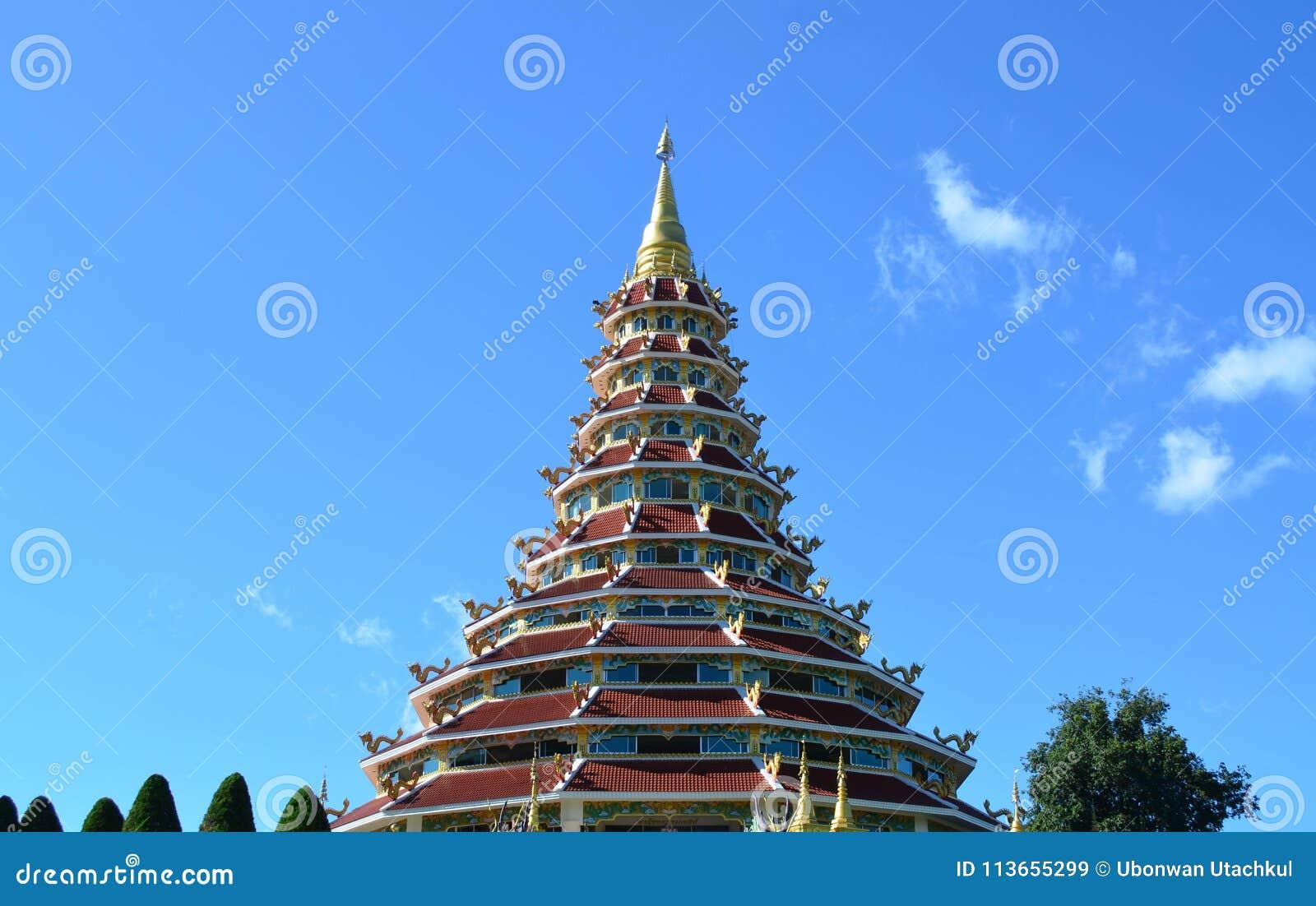 Härlig kinesisk pagod på den Hyuaplakang templet i Chiang Rai, Th