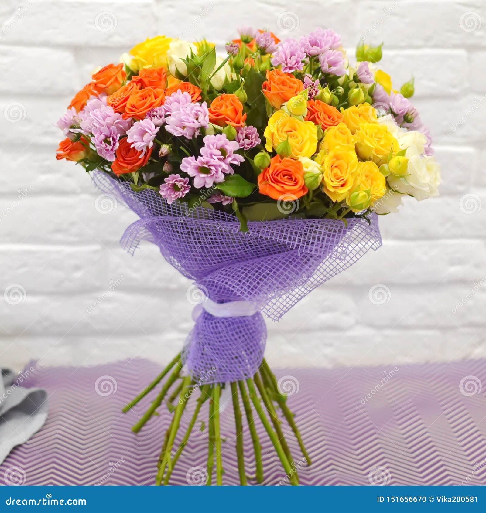 Härlig kombinerad bukett av blommor