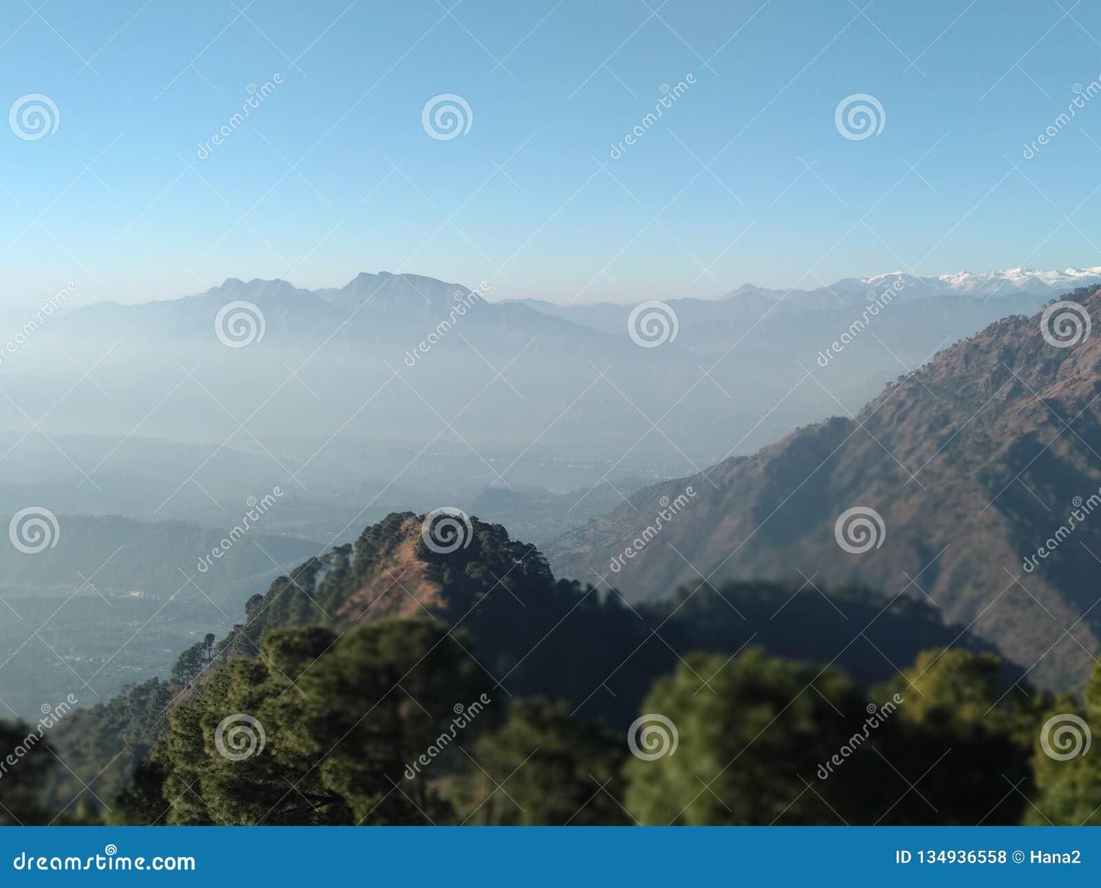 Härlig kullesikt i vinter i Kashmir i Indien