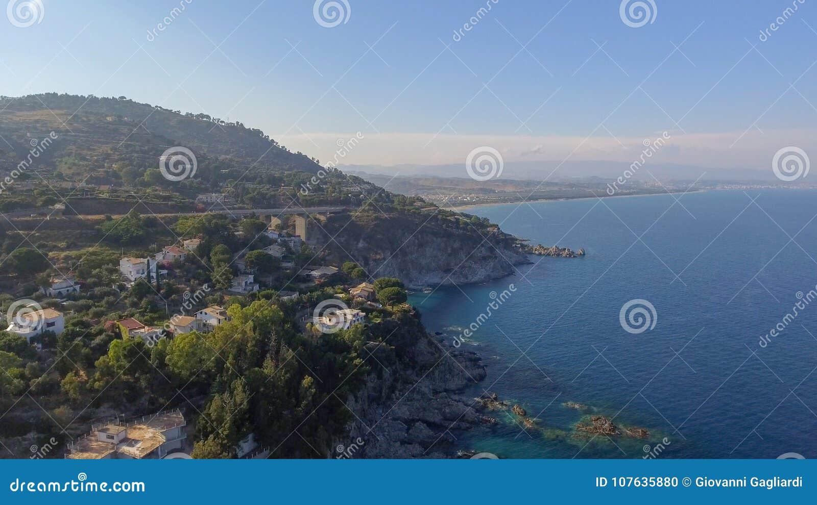 Härlig kust av Camina, Calabria flyg- sikt