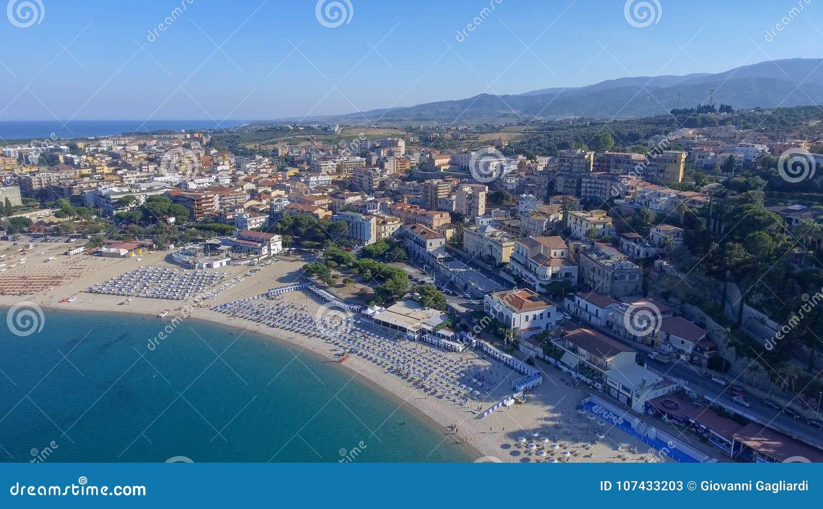 Härlig kust av Soverato i Calabria, Italien