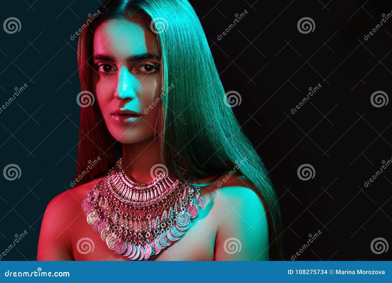 Härlig kvinna i en halsband Modell i smycken från silver Härliga indiska smycken Ljusa ljus