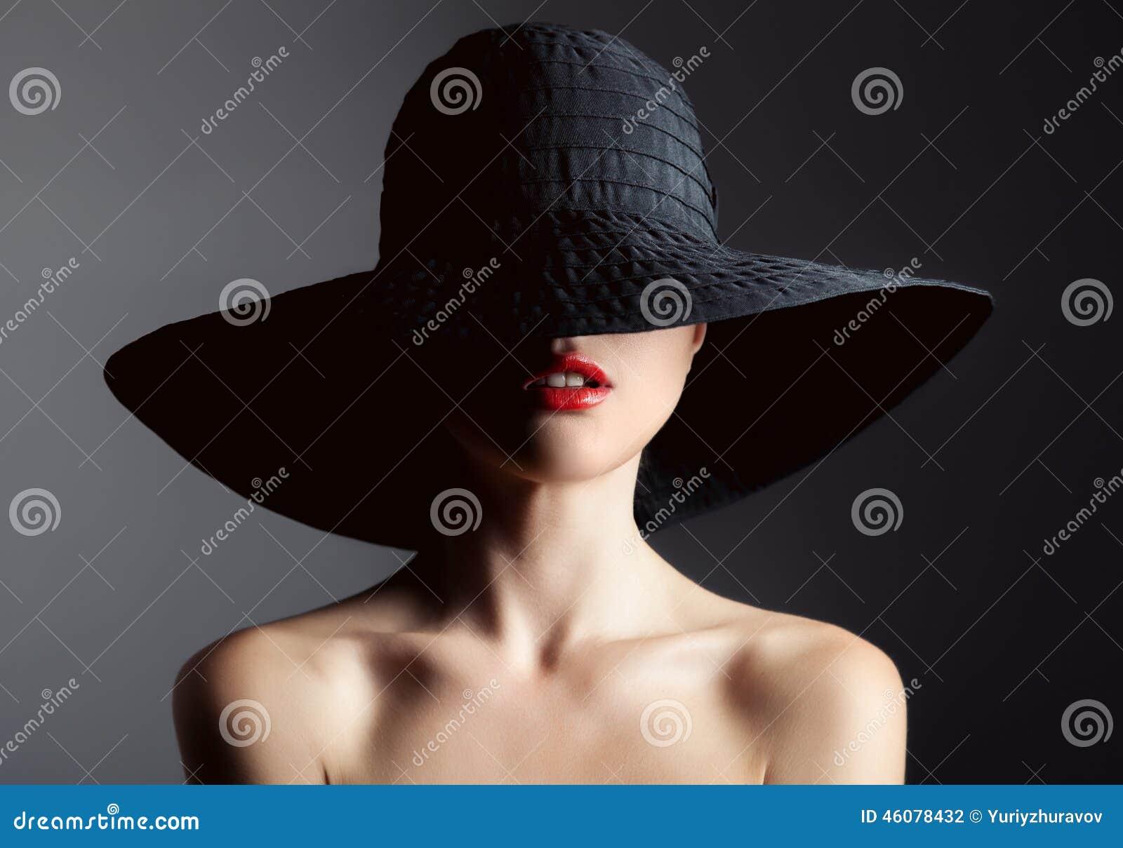 Härlig kvinna i hatt retro mode Stranda av hår vänder mot in