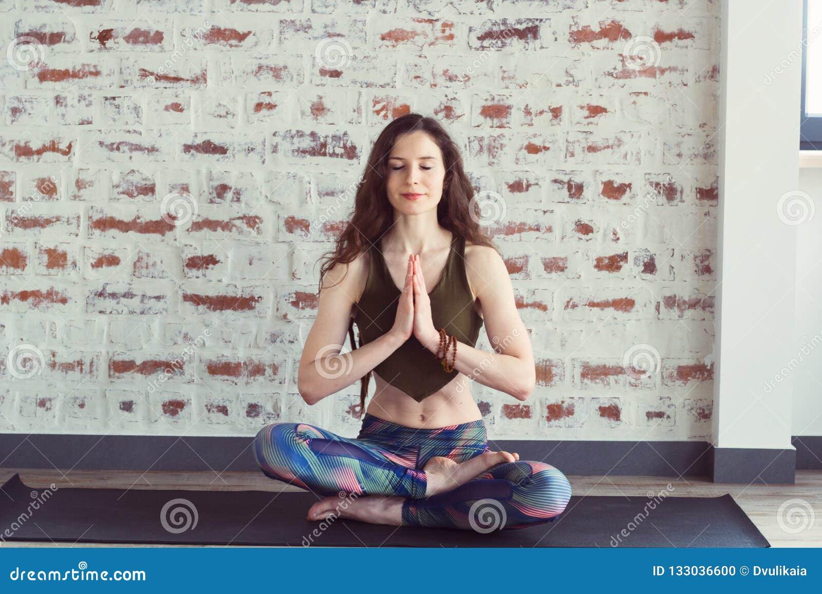 Härlig kvinna i yogagrupp