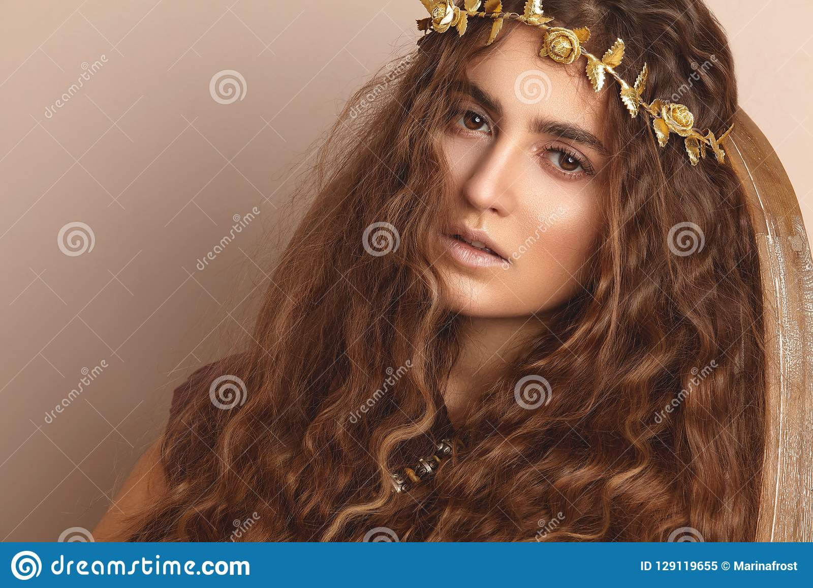Härlig kvinna Lockigt långt hår guld- modell för klänningmode Sund krabb frisyr _ Autumn Wreath guld- blom- krona