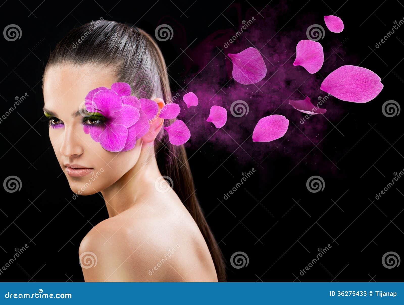 Härlig kvinna med en blomma