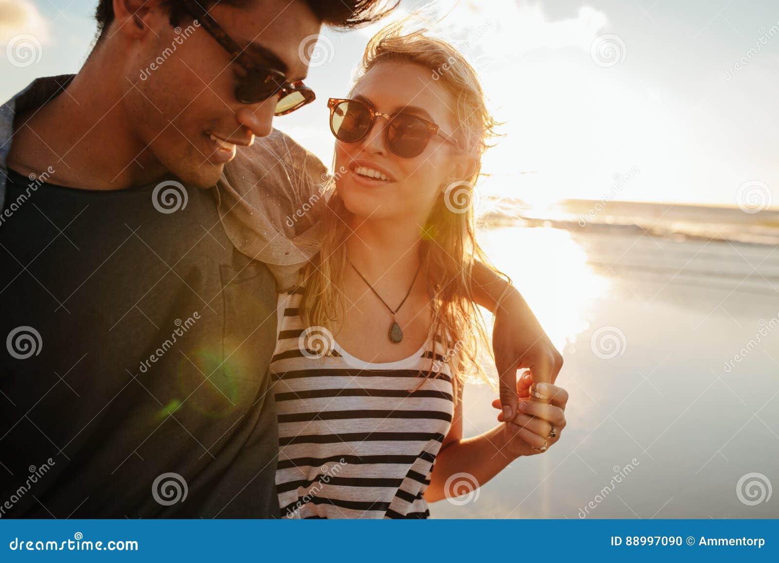 Härlig kvinna med hennes pojkvän på stranden