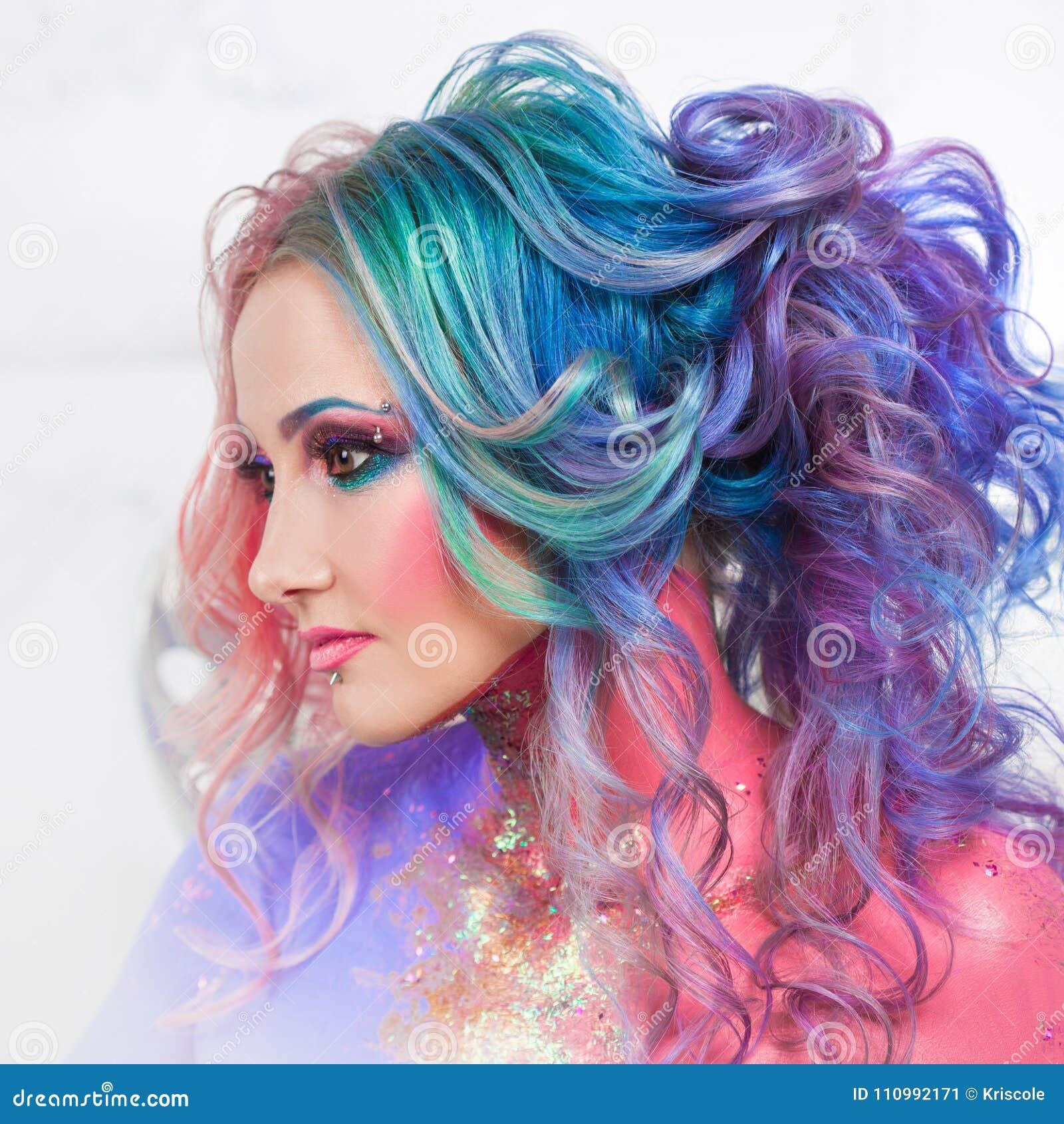 Härlig kvinna med ljust hår Ljus hårfärg, frisyr med krullning