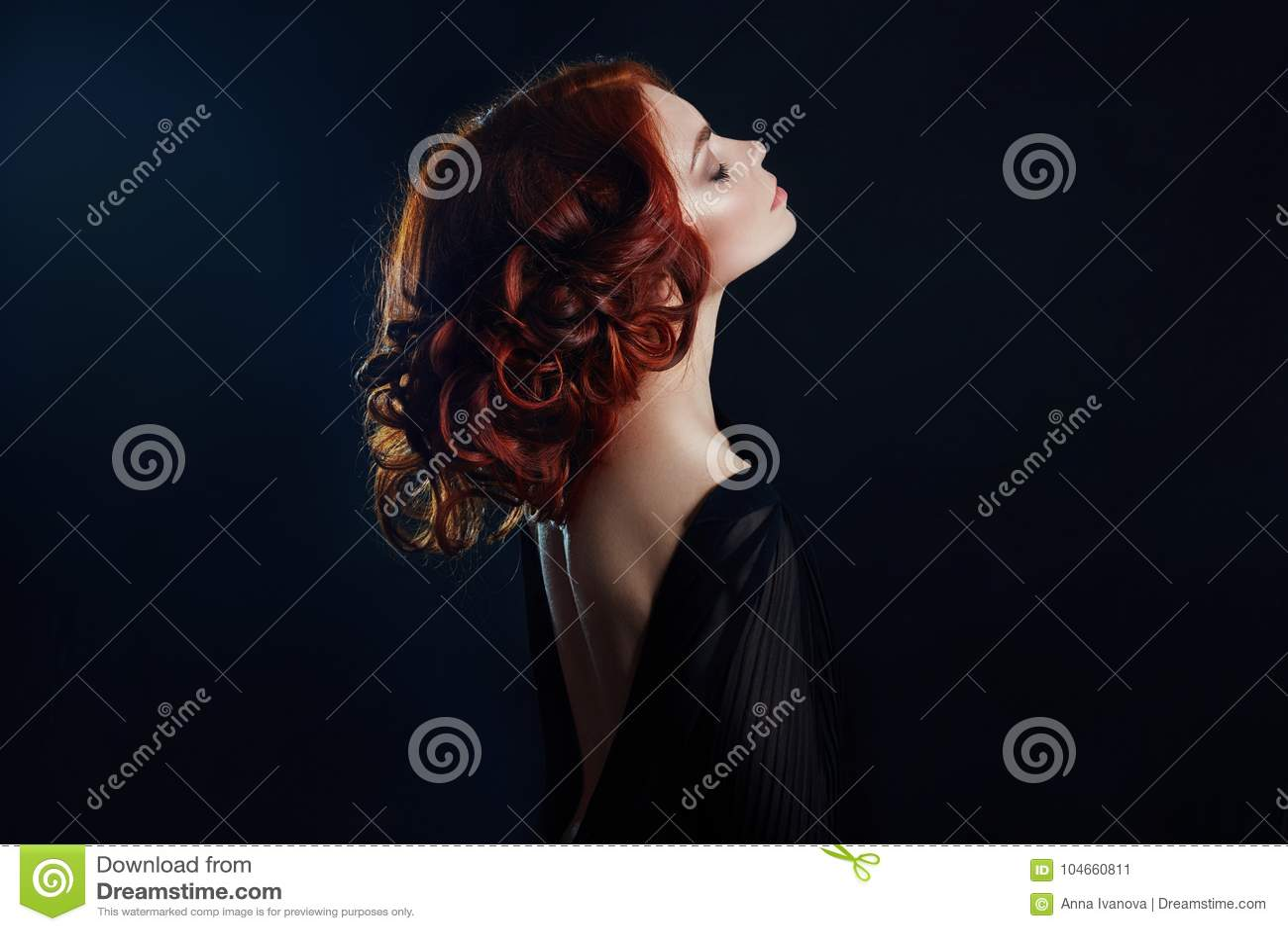 Härlig kvinna med rött hår på en svart bakgrund Stående av en lyckad kvinna, ren hud, naturlig makeup, framsida för hudomsorg