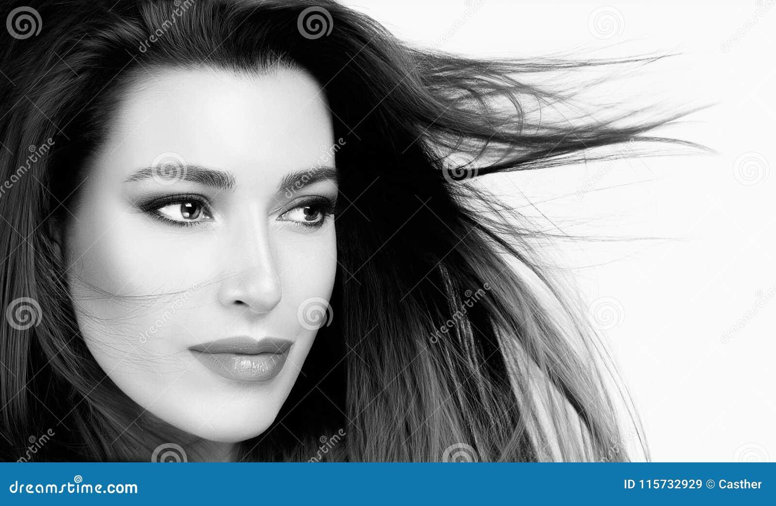 Härlig kvinna med sunt rakt hår
