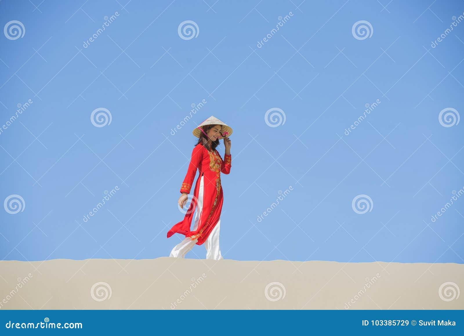 Härlig kvinna med traditionell Vietnam kultur