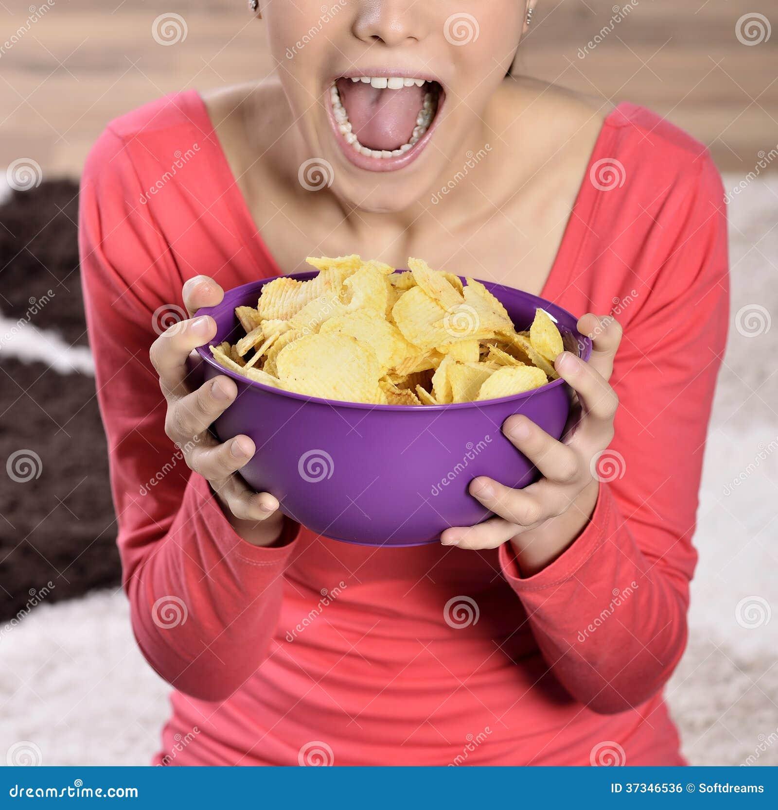 Härlig kvinna som äter skräpmat