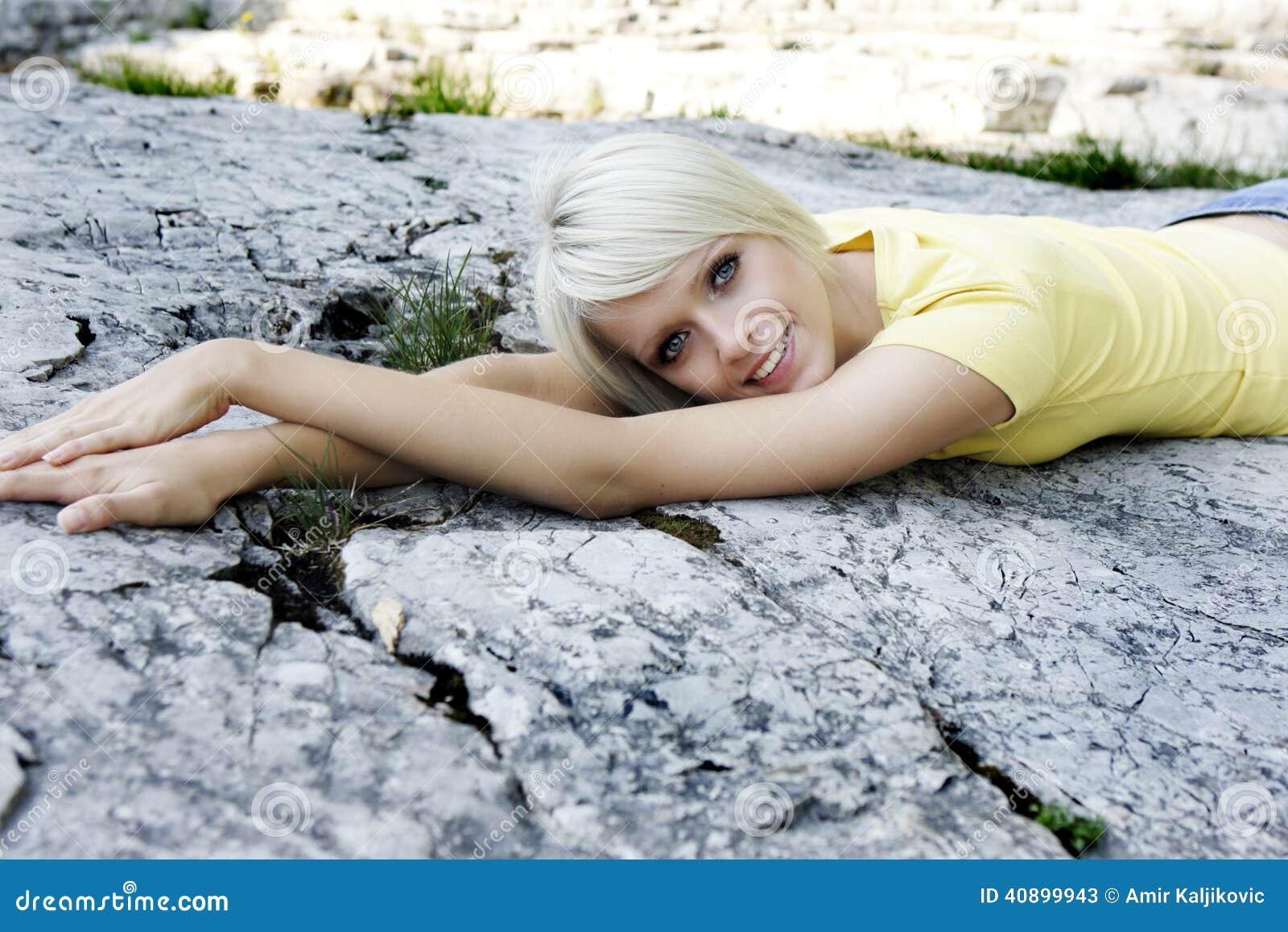 Härlig kvinna som kopplar av att ligga på en vagga