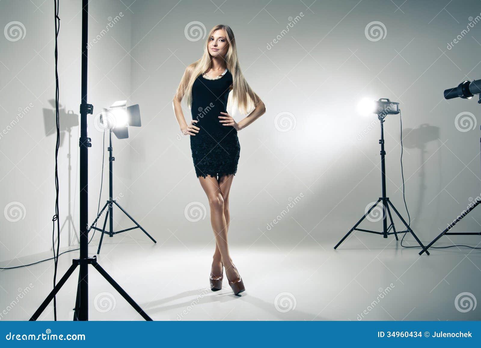 Härlig kvinna som poserar på studion i ljusa exponeringar