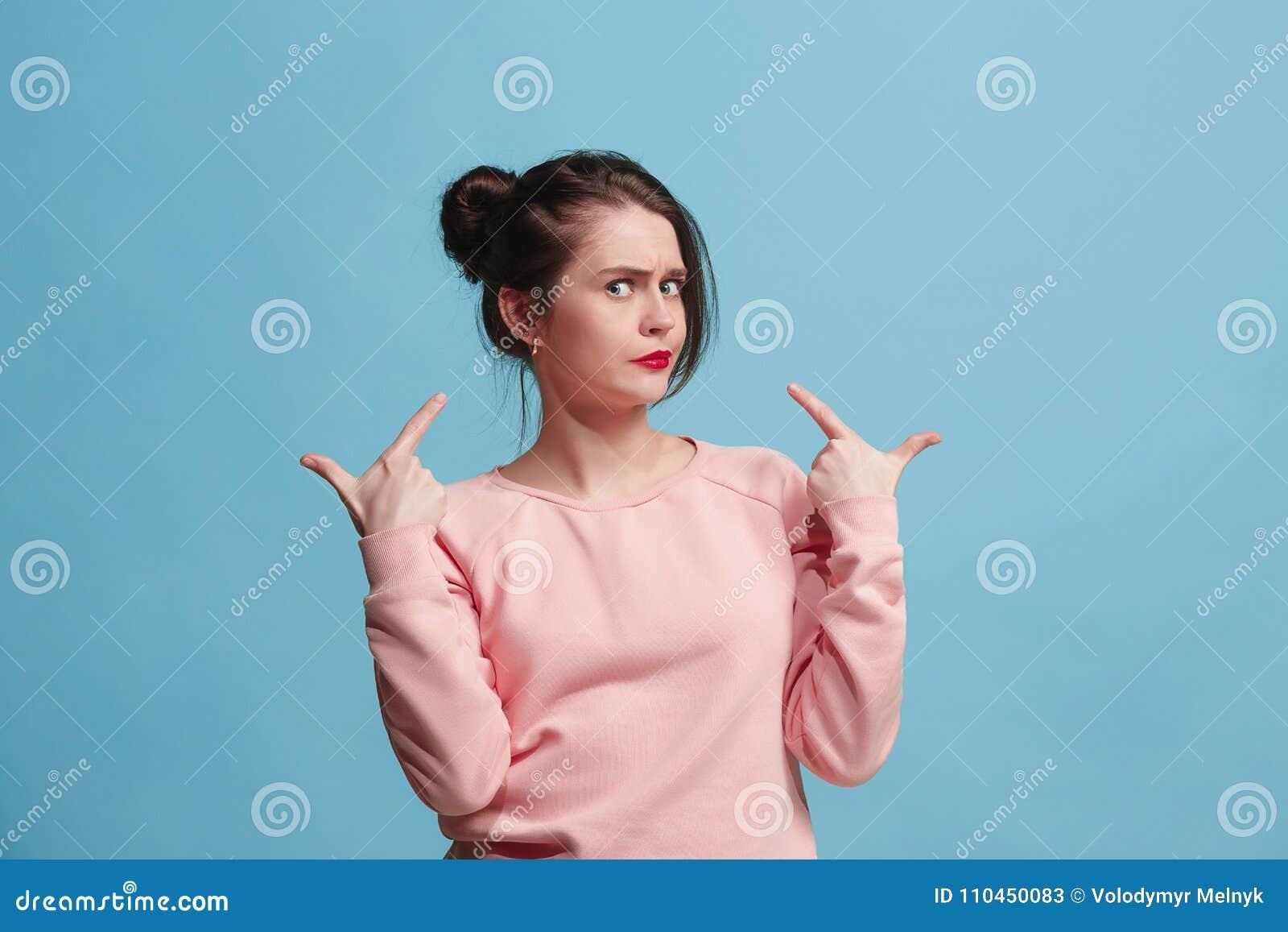 Härlig kvinna som ser förvånad och förbryllad på blått