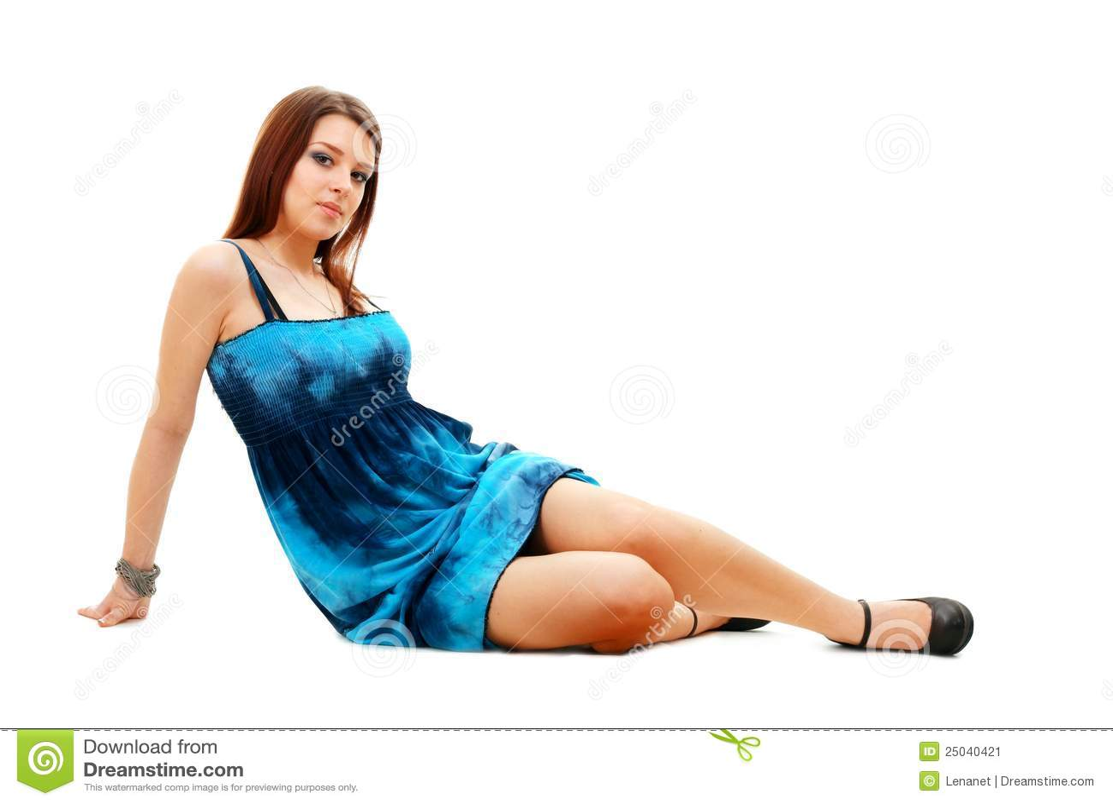 Härlig kvinna som sitter på golvet