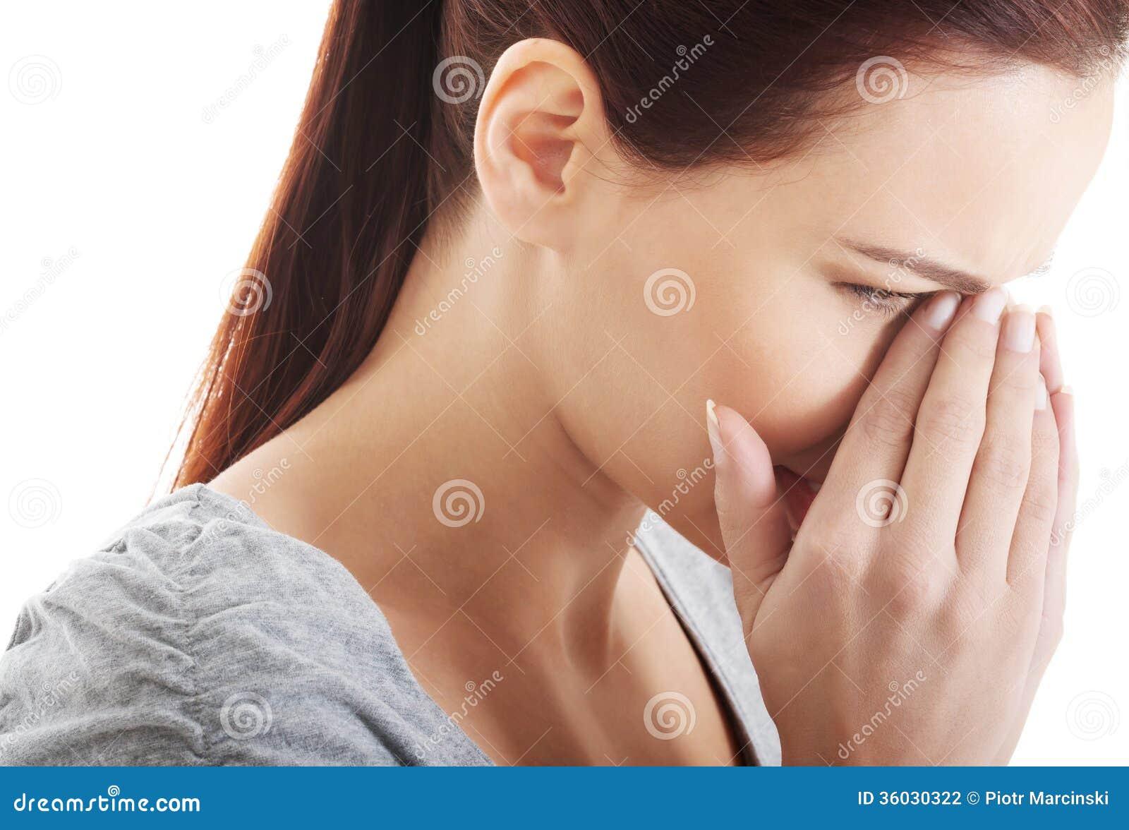 Härlig kvinna som trycker på hennes näsa.