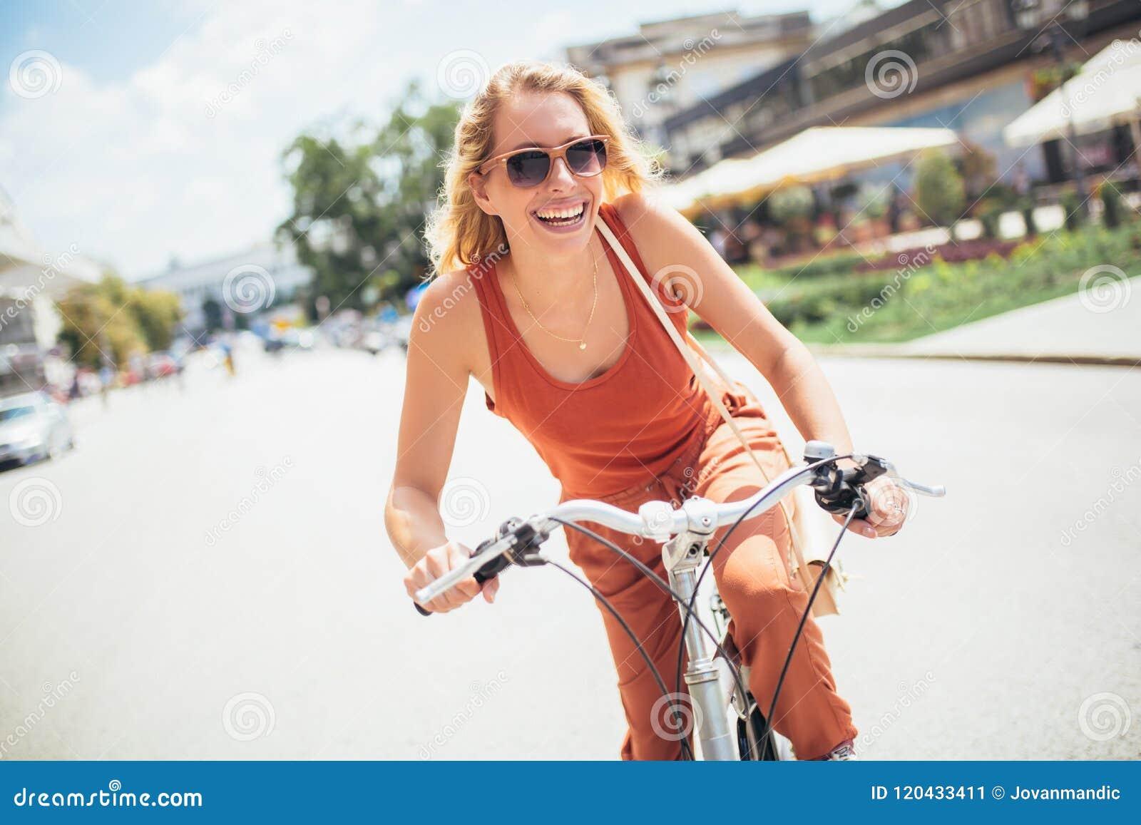 Härlig kvinnaridning på cykeln