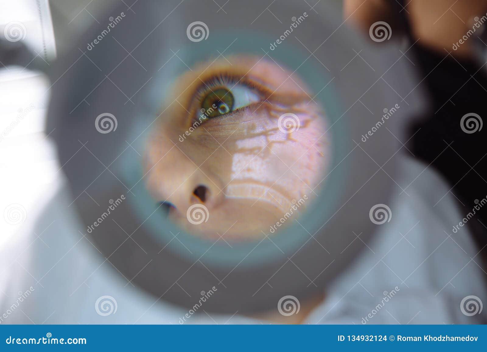 Härlig kvinnlig framsida för närbild med åderbildläsar- och cosmetologists händer med injektionssprutan under ansikts- skönhetinj