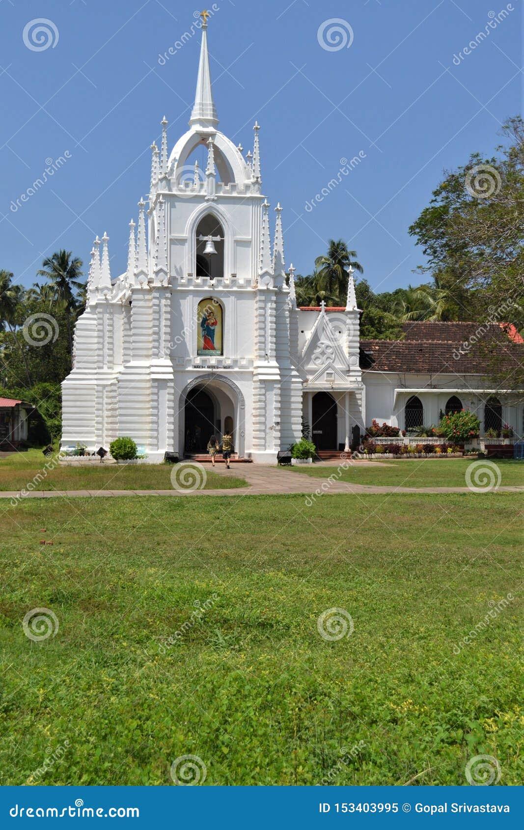 Härlig kyrka nära den Calangute stranden i Goa