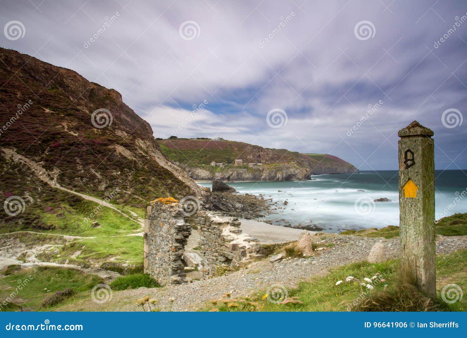 Härlig lång exponering av den corniska kust- banan
