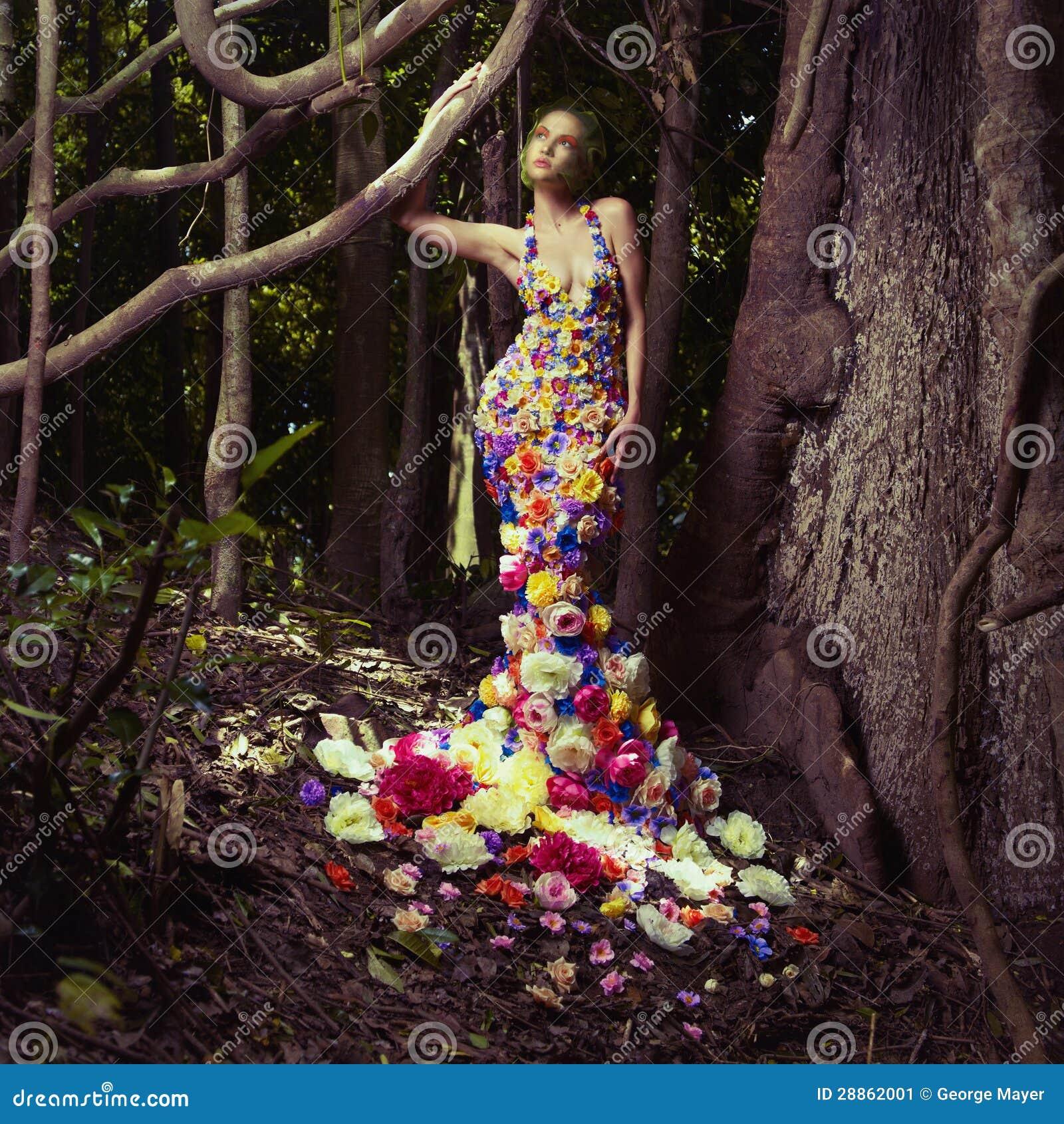 Härlig lady i klänning av blommor