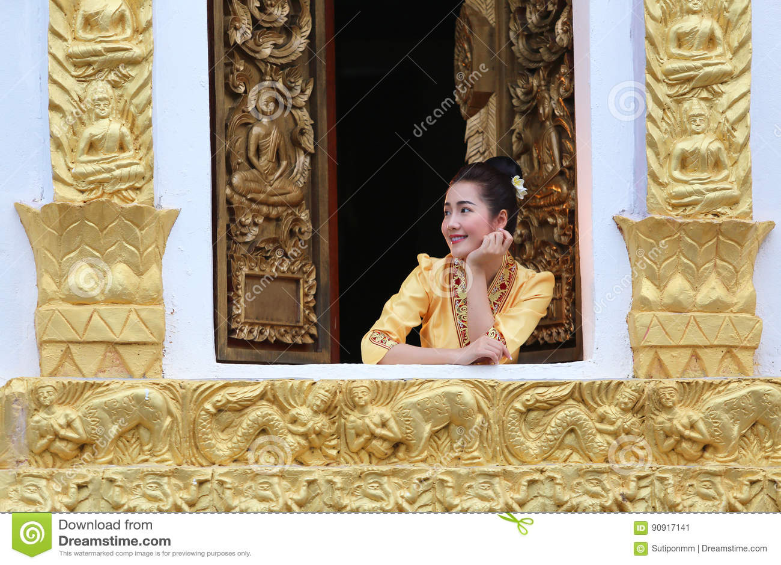 Härlig Laos kvinna på den buddistiska kyrkan som ler henne happines