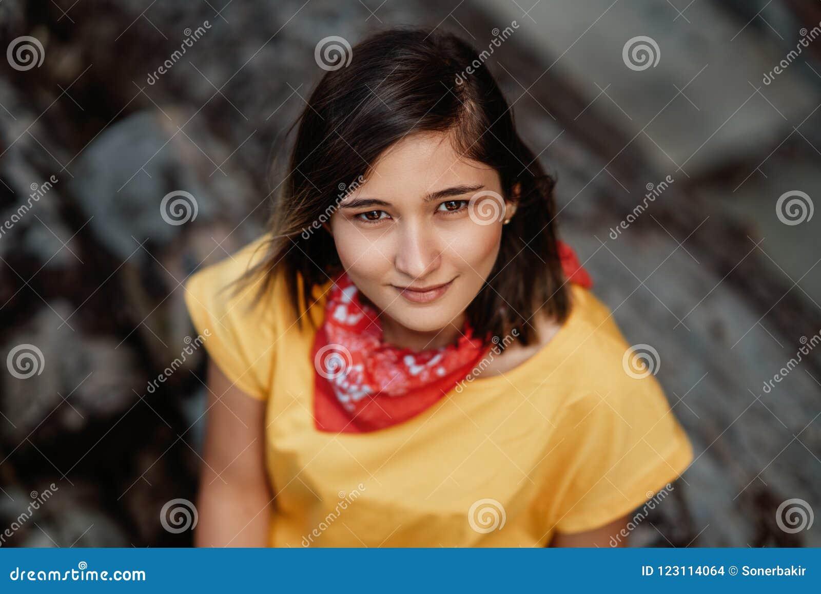 Härlig le flicka som tycker om varmt sommarväder