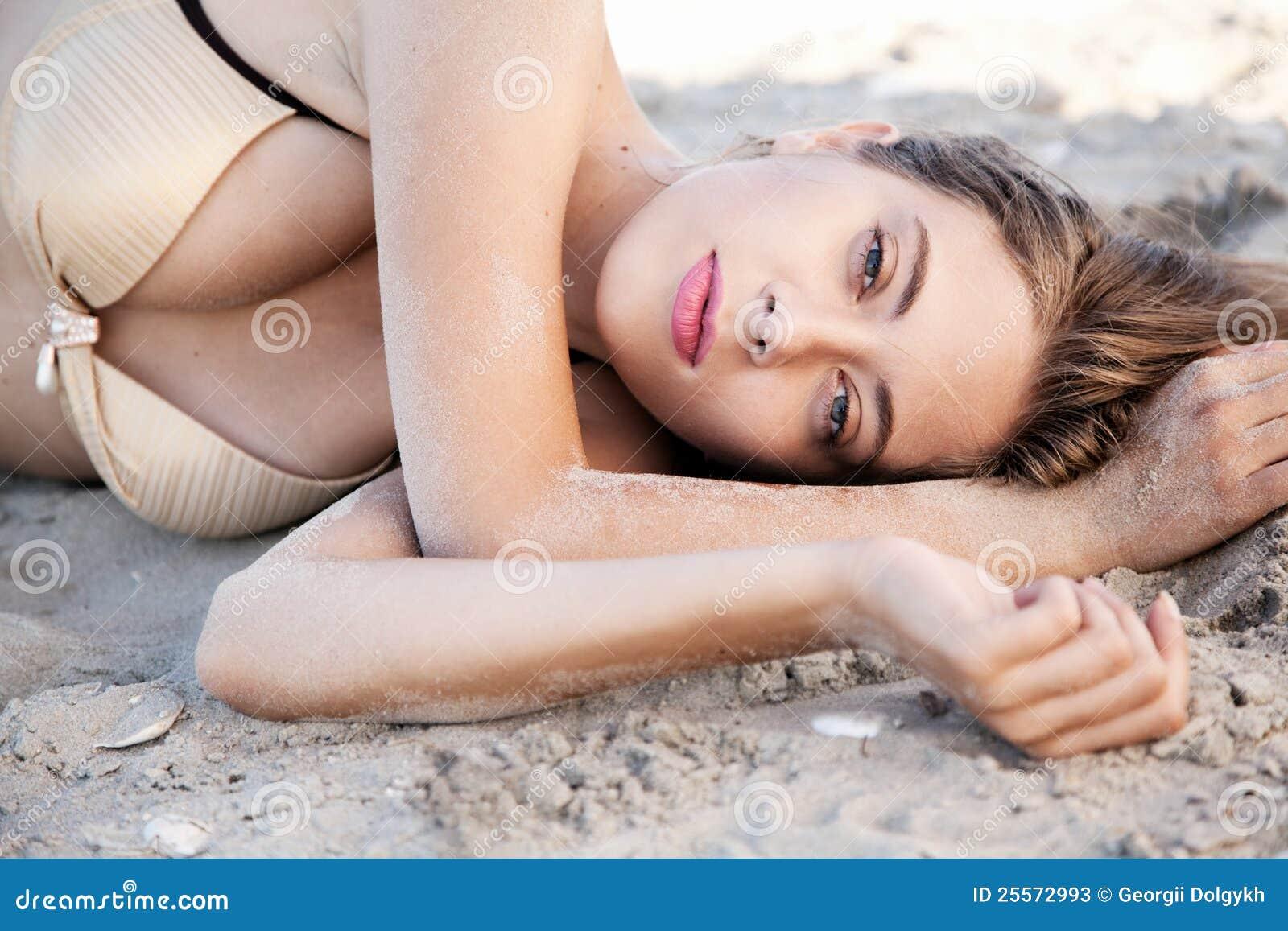 Härlig liggande model sand