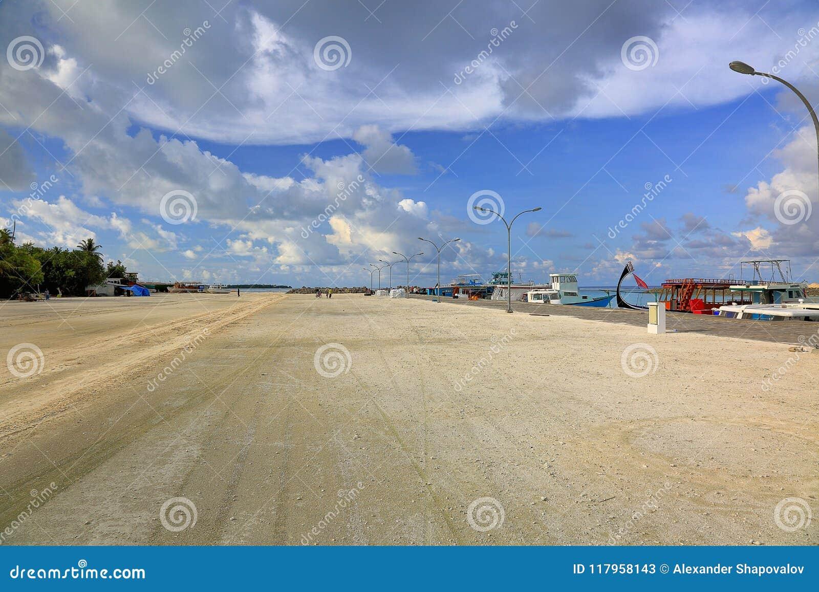 Härlig liggandesikt Kustlinje Maldiverna, Dhangethi Gul sandväg och blått slugt med vita moln