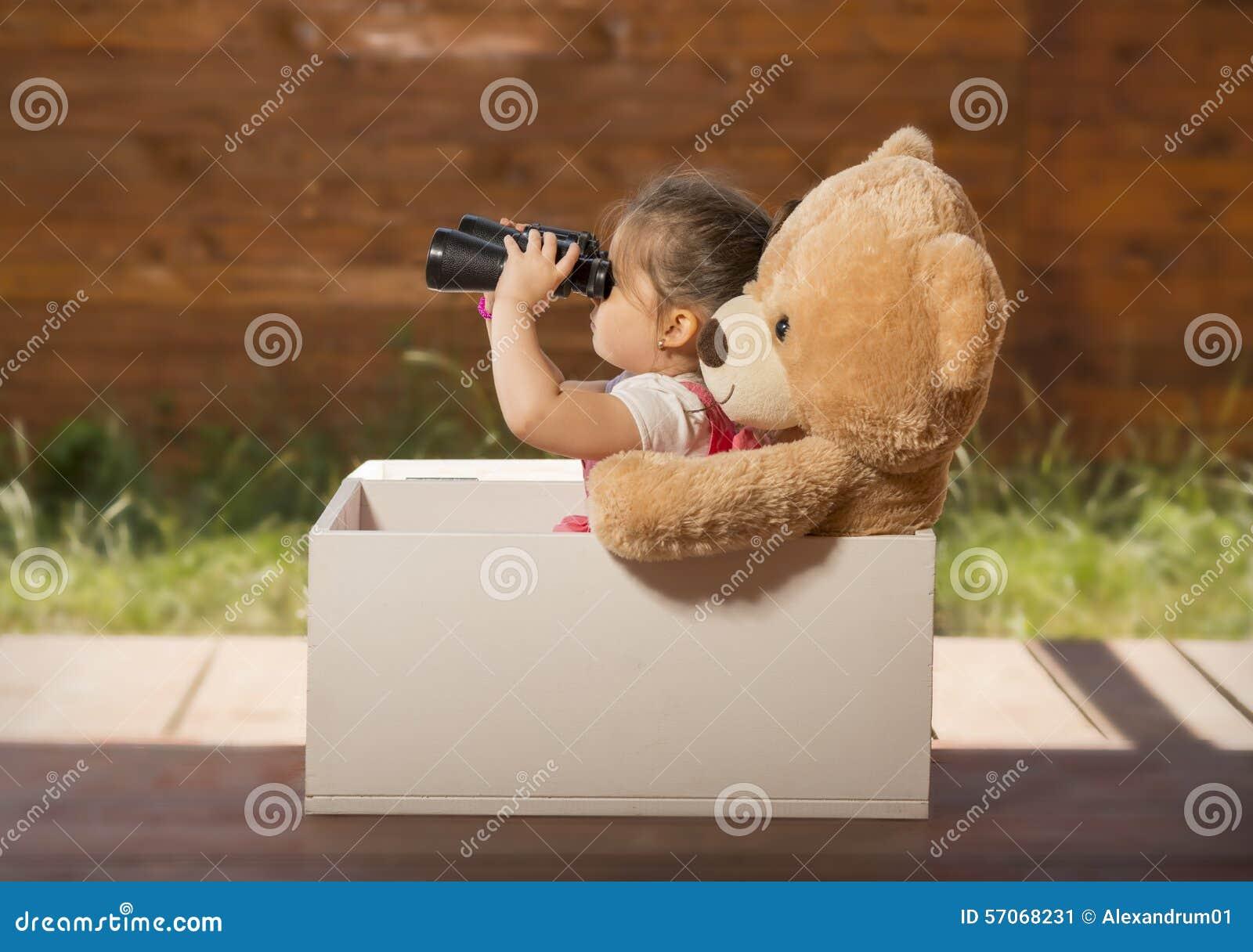 Härlig liten flicka som har gyckel som utomhus spelar