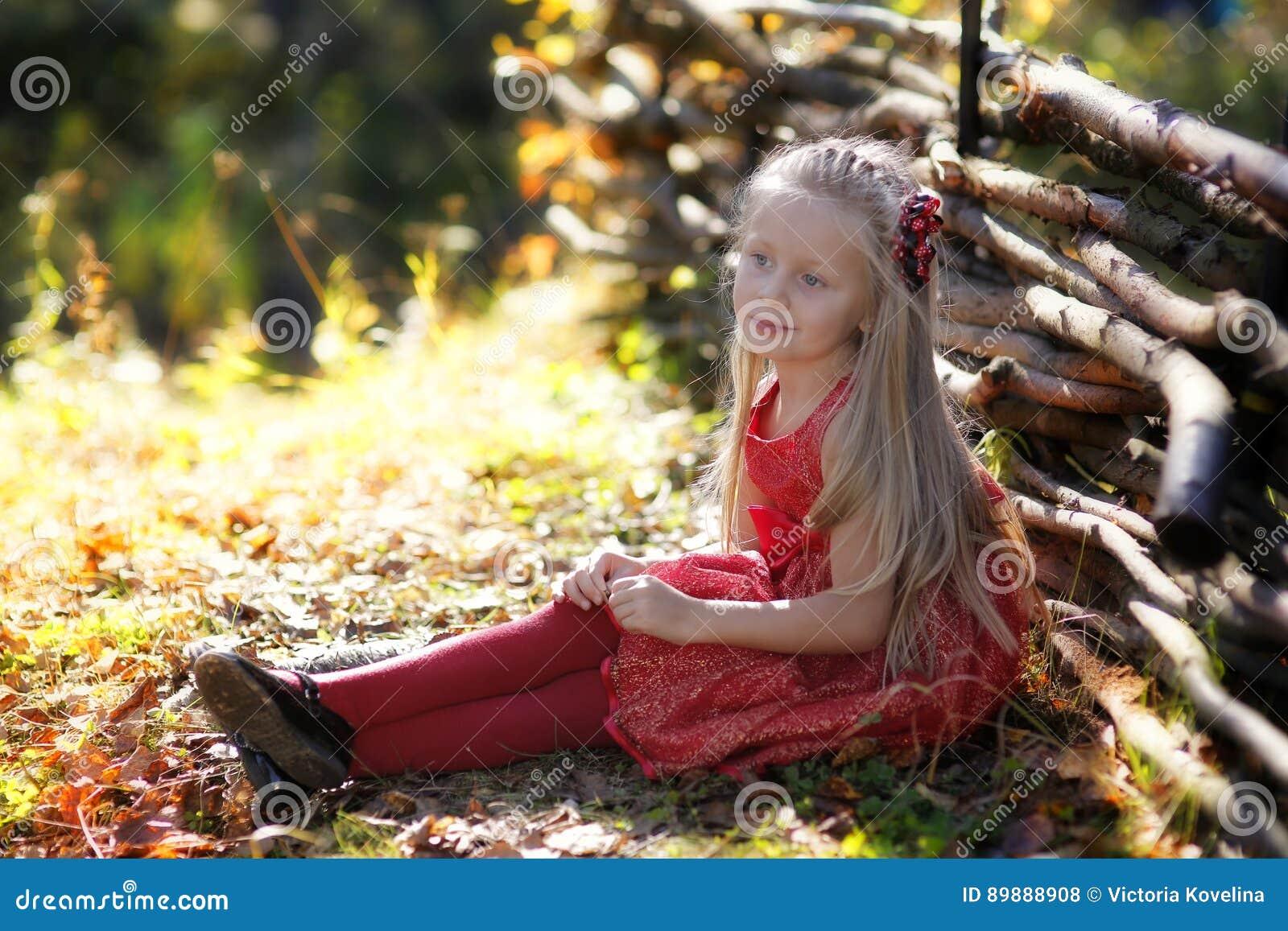 Härlig liten flicka som tycker om naturen på en solig dag Förtjusande barn som spelar och fotvandrar i skogen