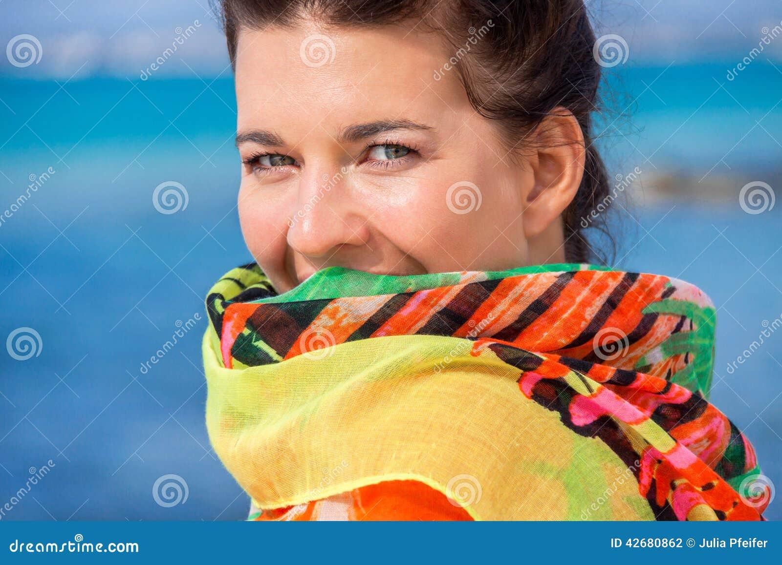 Härlig livlig kvinna på sjösidan