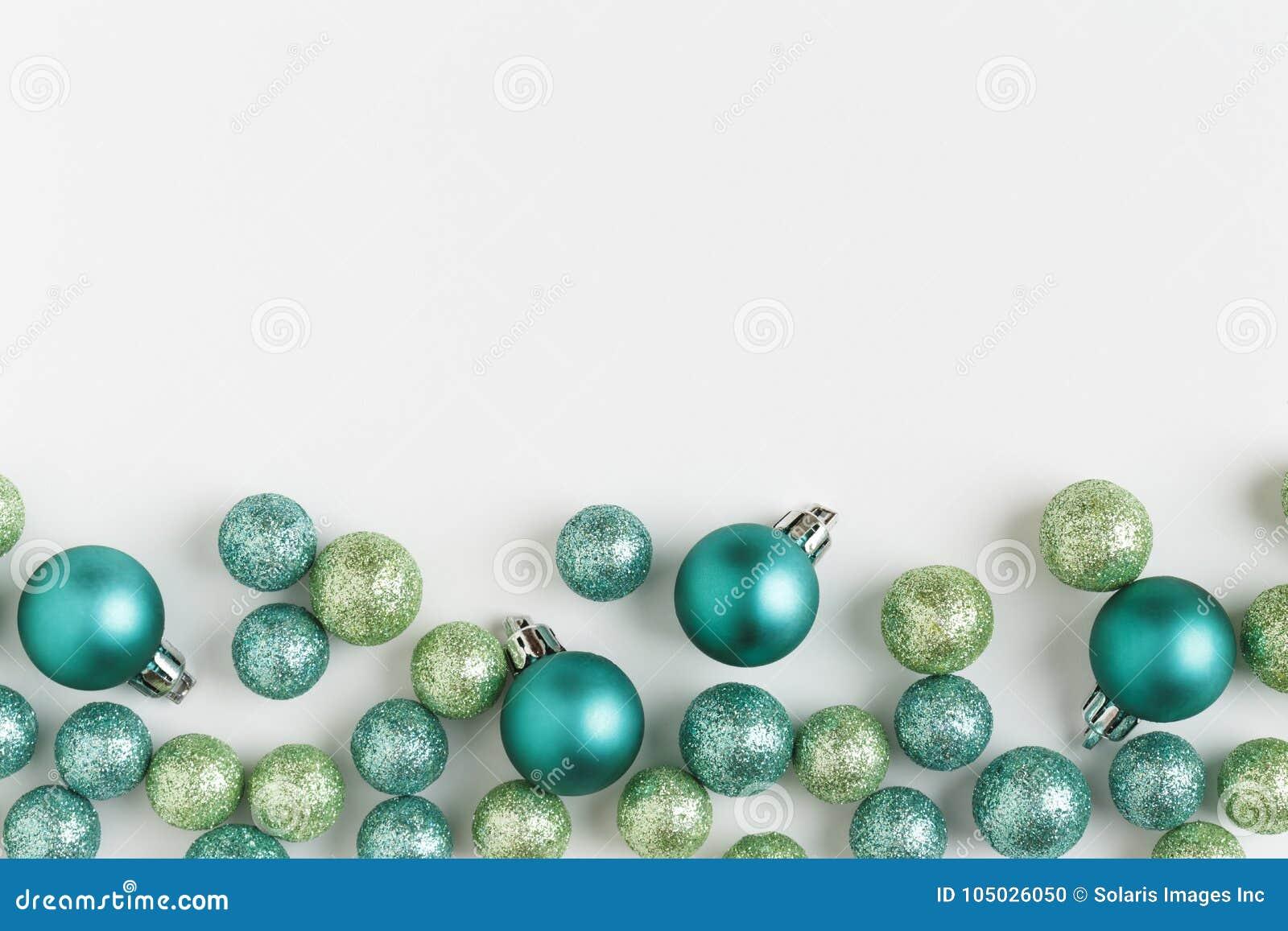 Härlig, ljus modern jul semestrar prydnadgarneringhorisontalgränsen på vit bakgrund