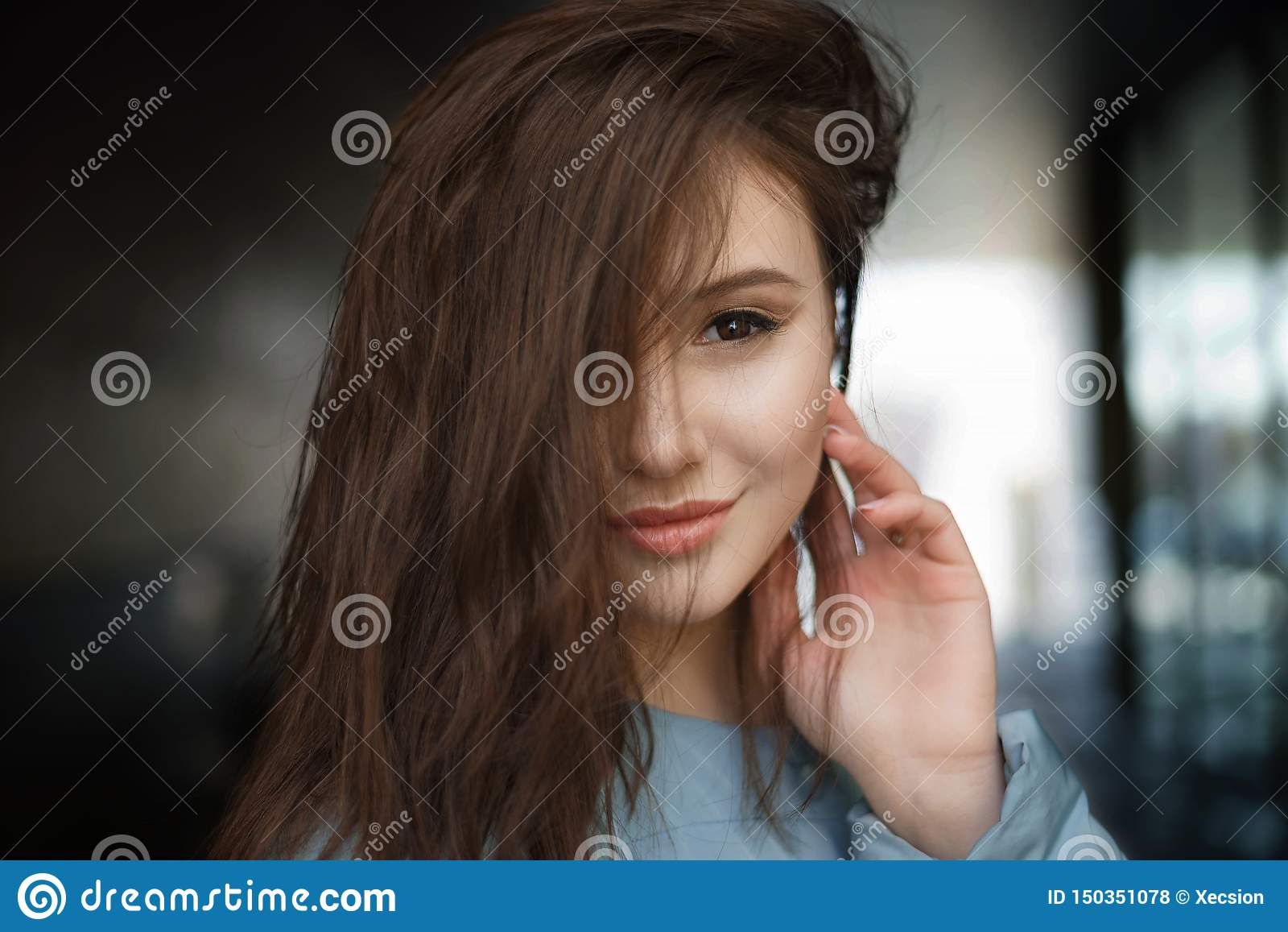 Härlig lycklig brunettkvinna som ler på gatan