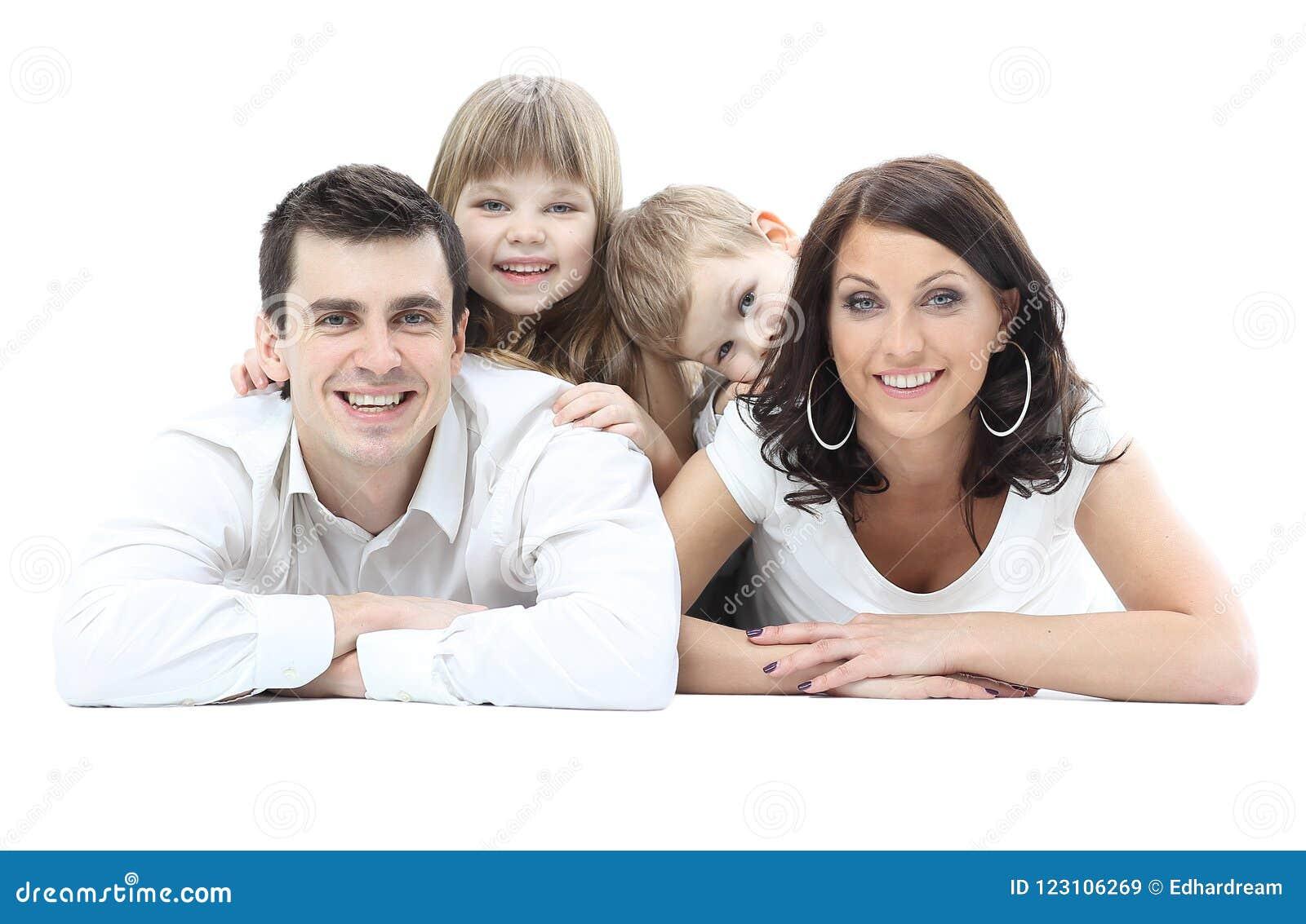 Härlig lycklig familj - som isoleras över en vit bakgrund