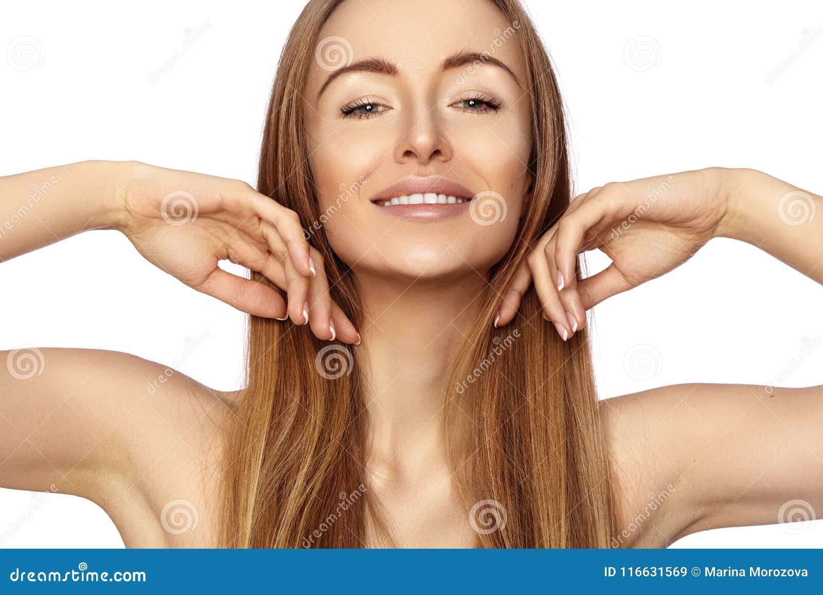 Härlig lycklig kvinna för stående Hon visar hennes skönhetframsida och ler Naturligt smink för mode model le