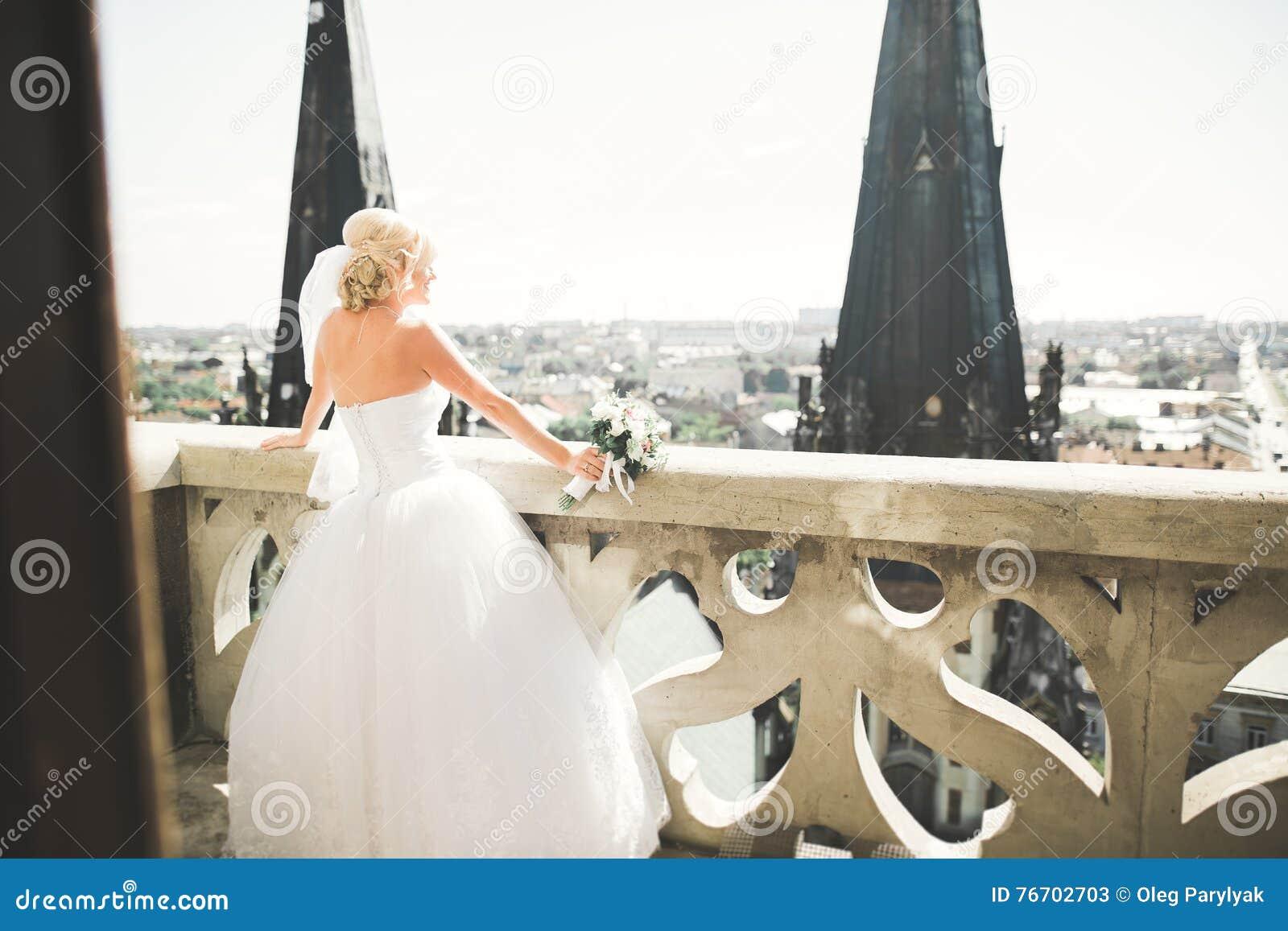 Härlig lyxig brud på balkongen med perfekt landskap
