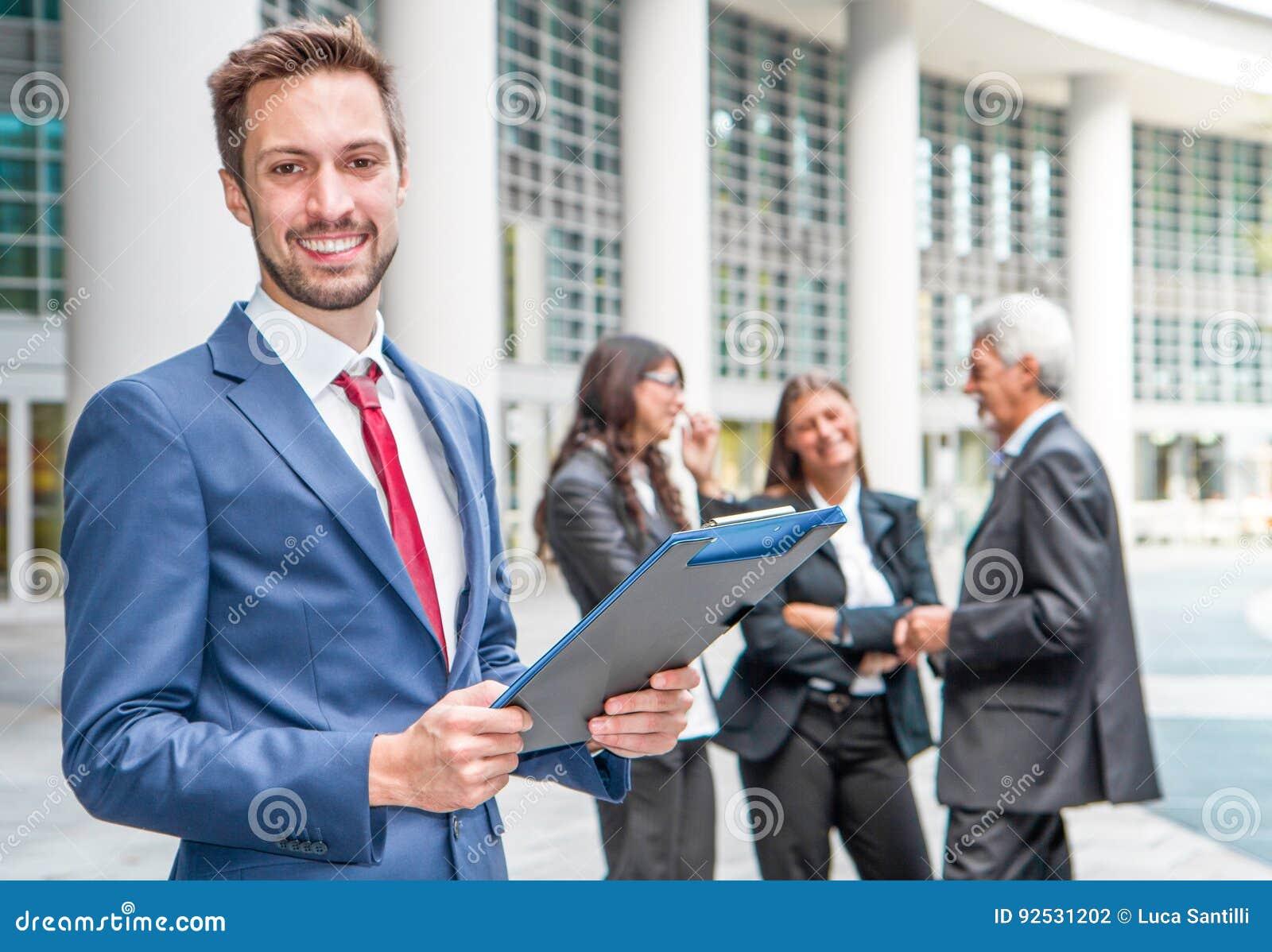 Härlig man på bakgrunden av affärsfolk