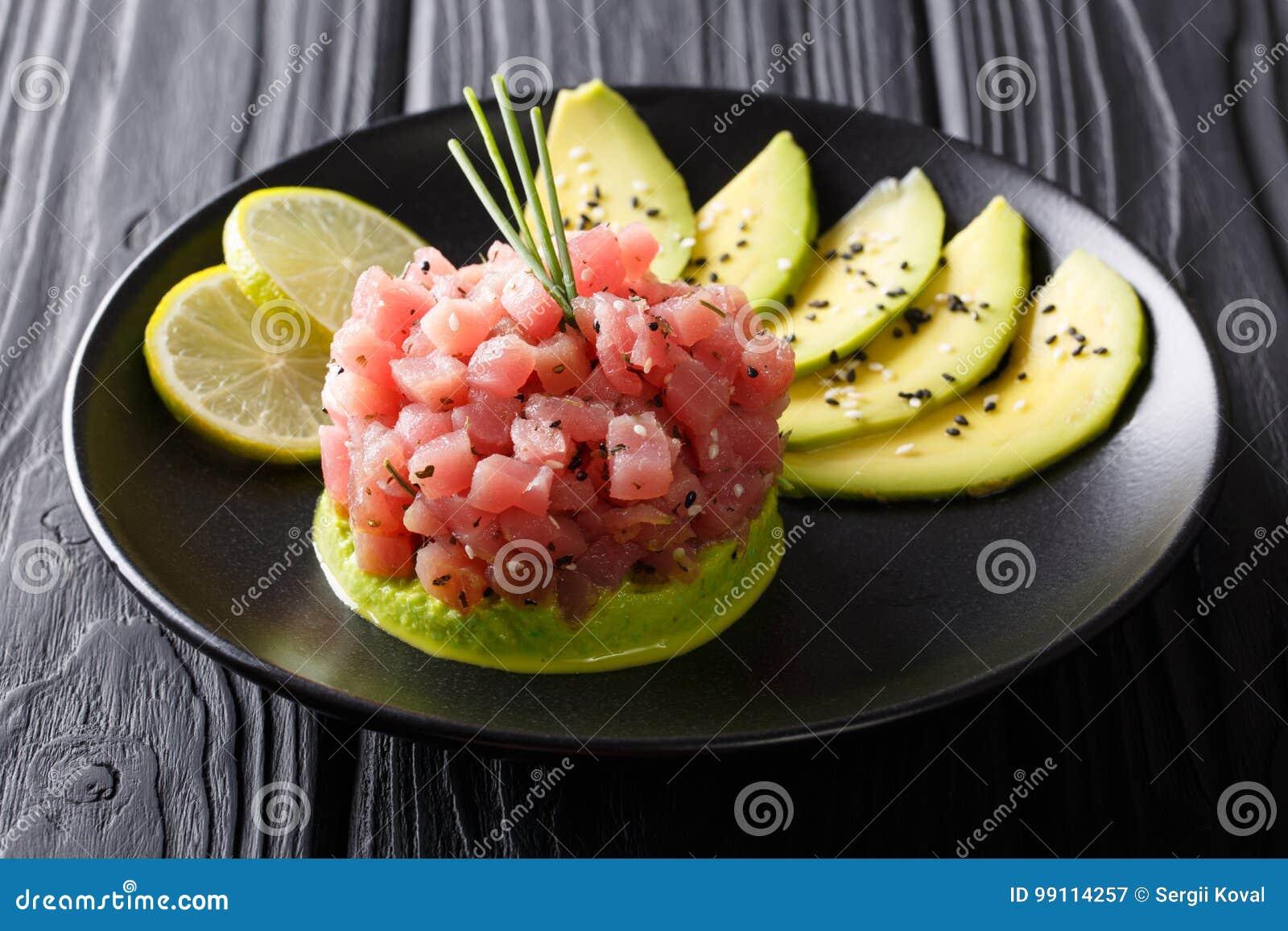 Härlig mat: ny tonfisktandsten med limefrukt, avokadot och sesam