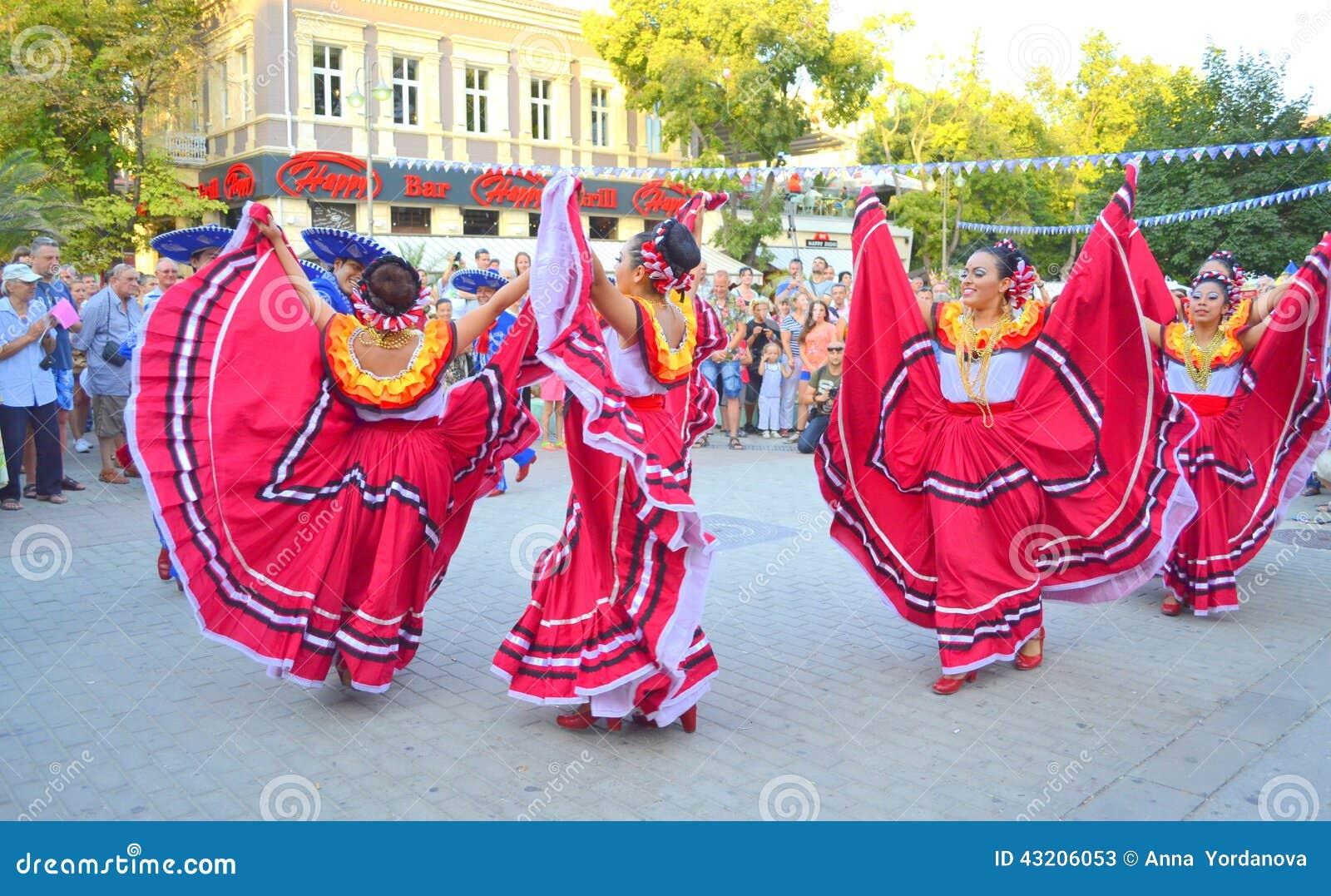 Download Härlig Mexicansk Kvinnadans Redaktionell Arkivfoto - Bild av färgrikt, klänningar: 43206053