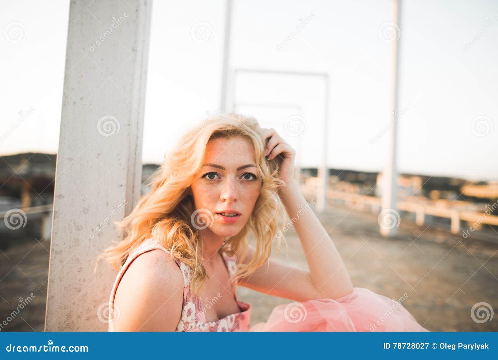 Härlig modeflicka för tappning som poserar på solnedgång