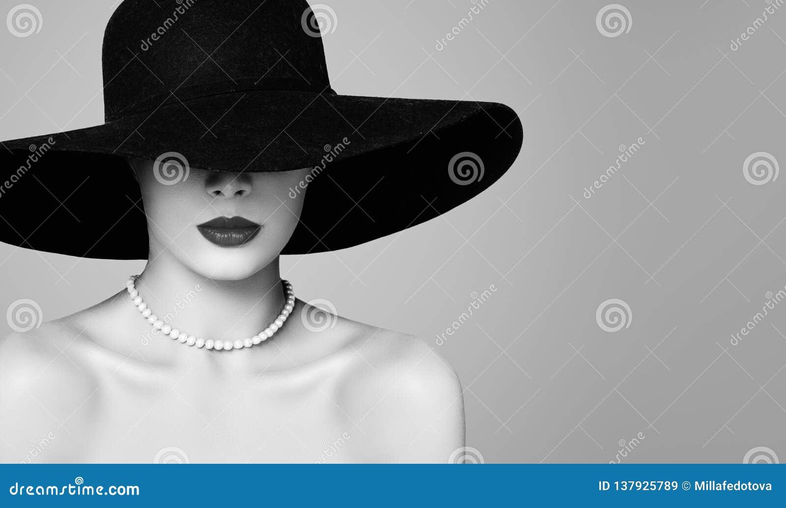 Härlig modell för Retro kvinna som bär den klassiska hatten och pärlor, modestående