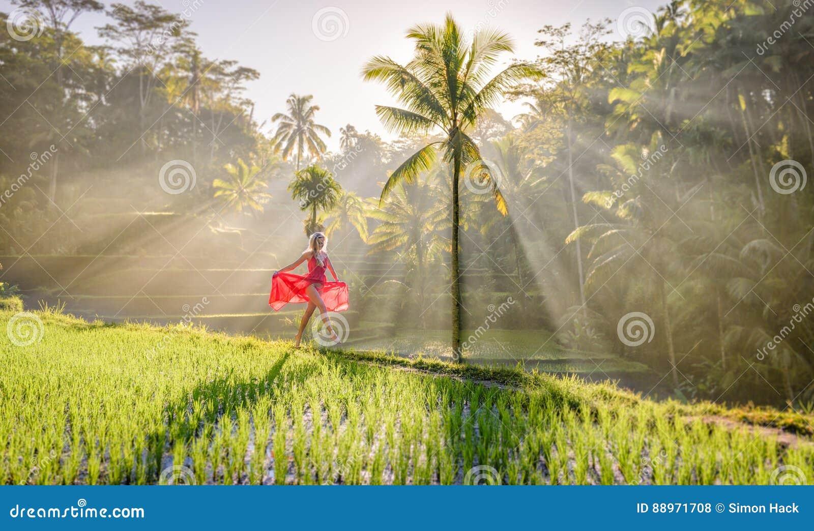 Härlig modell i röd klänning på Tegalalang risterrass 8