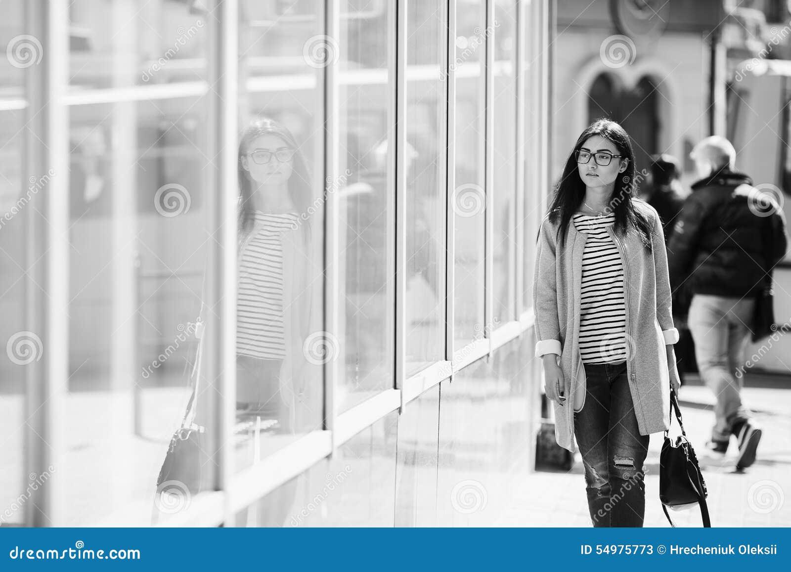 Härlig modell på shopping