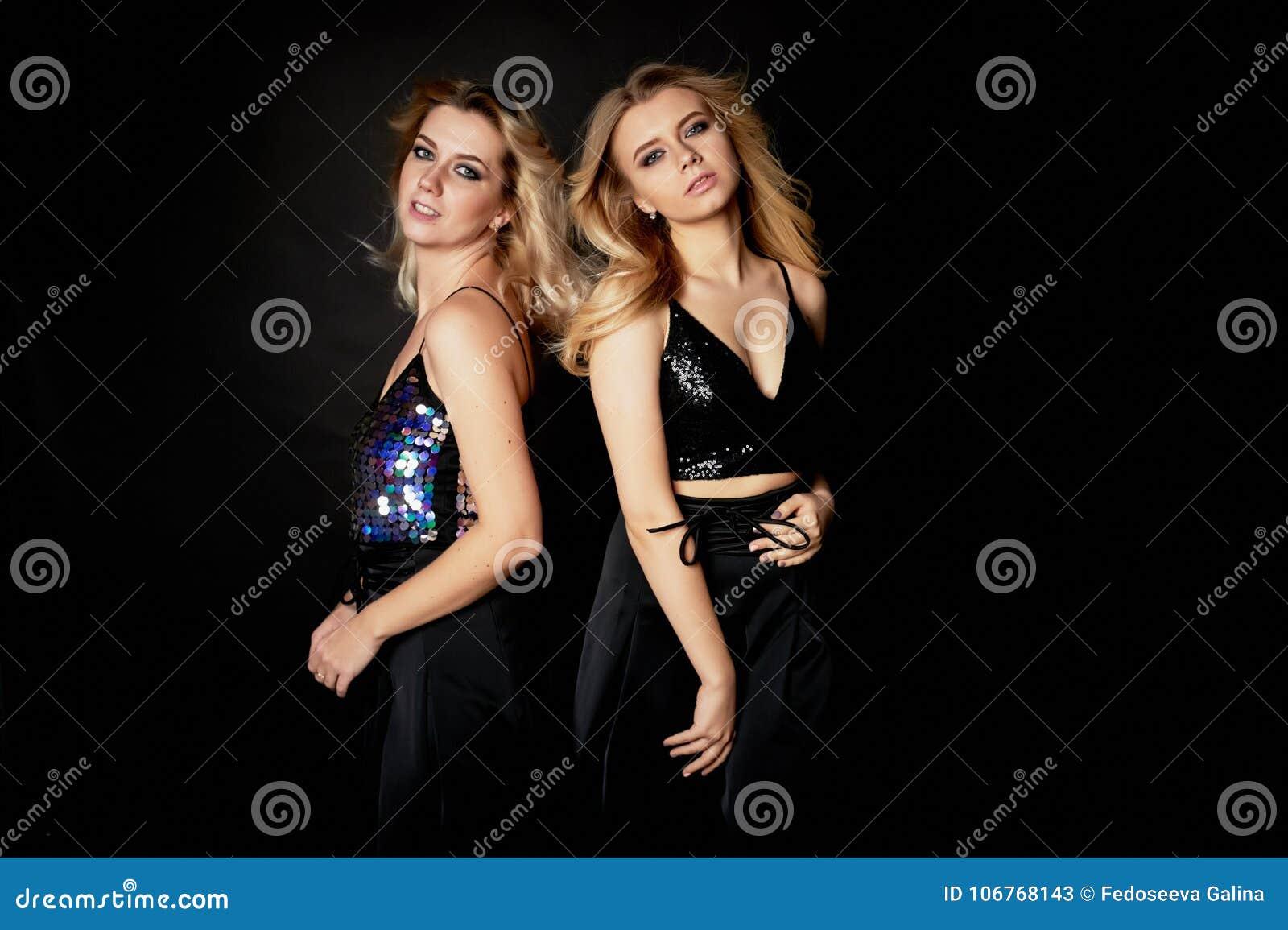 Härlig moder- och dotterstående i studio på svart bakgrund Se utmärkt applicera glanskanten gör upp professionelln Dansa och