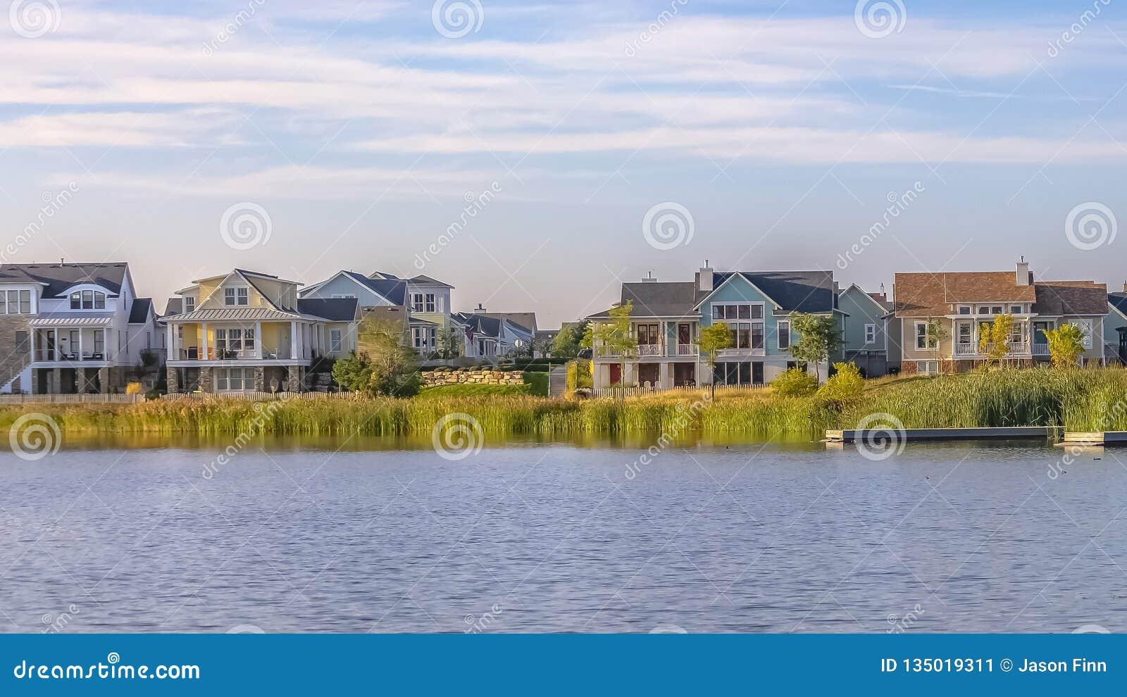 Härlig molnig himmel över hem längs Oquirrh sjön