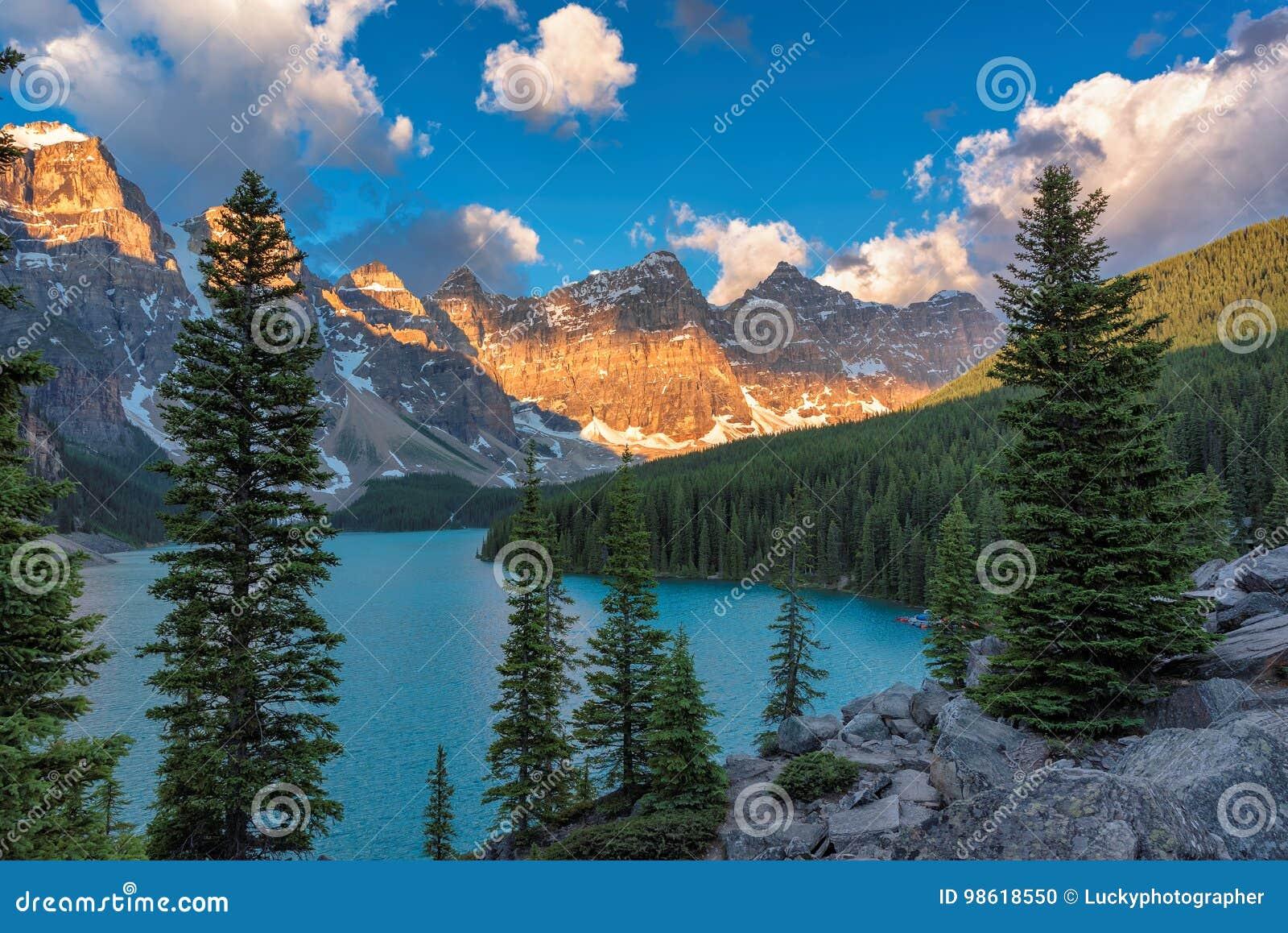 Härlig morän sjö på soluppgång i den Banff nationalparken, Alberta, Kanada