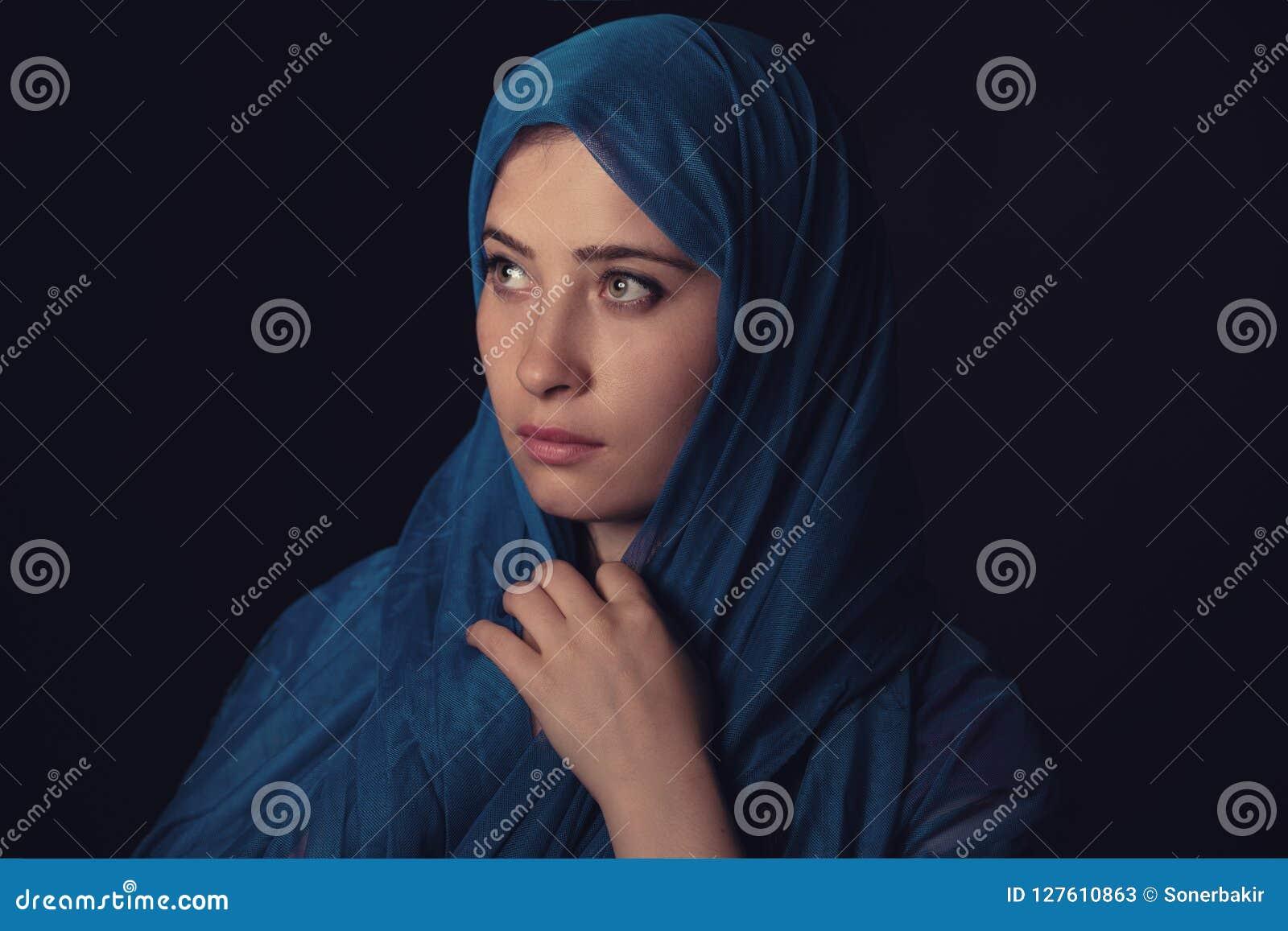 Härlig muslimsk stående för ung kvinna i mörker
